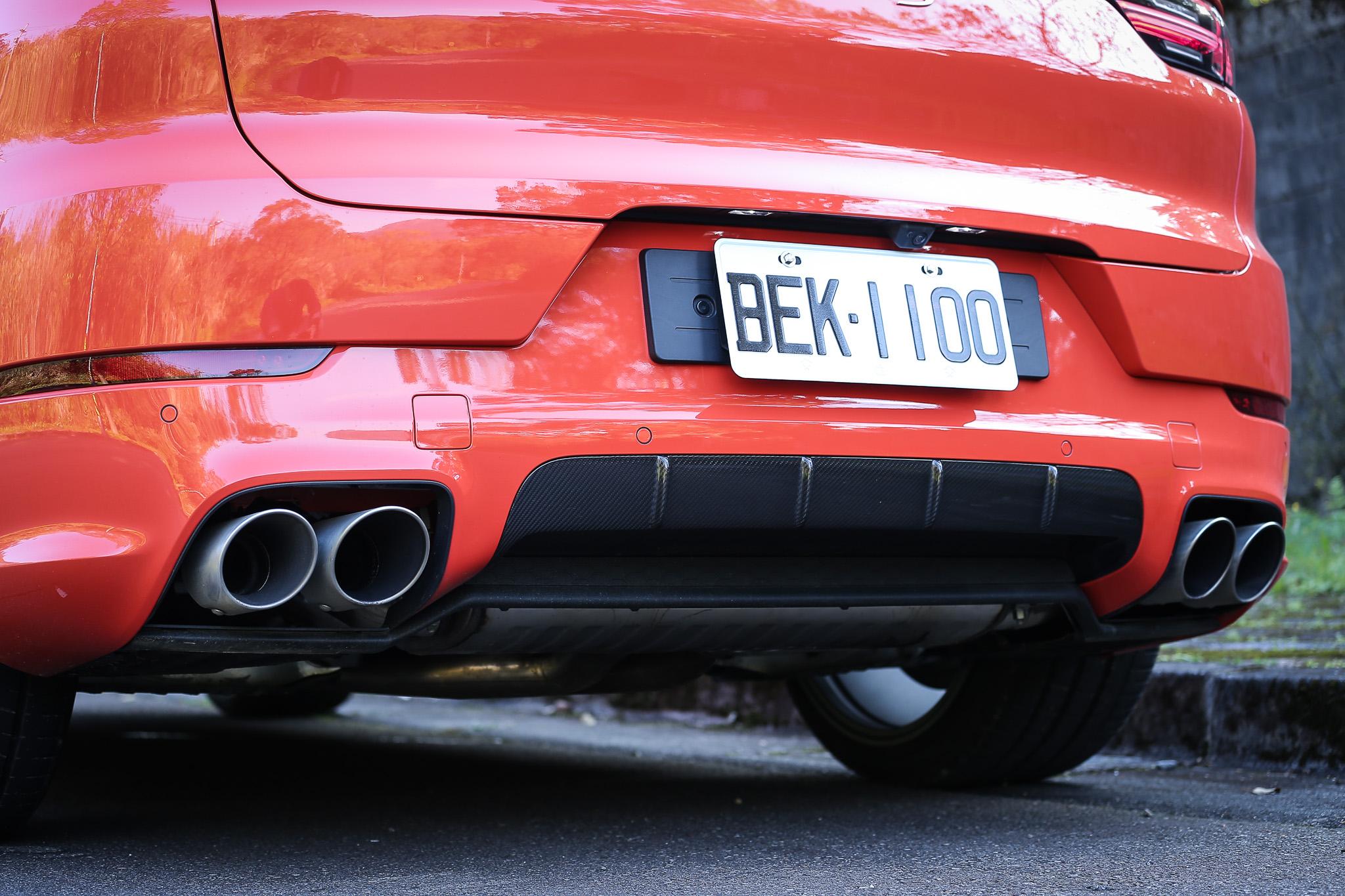 Cayenne S Coupe採取左右雙出排氣尾管配置。