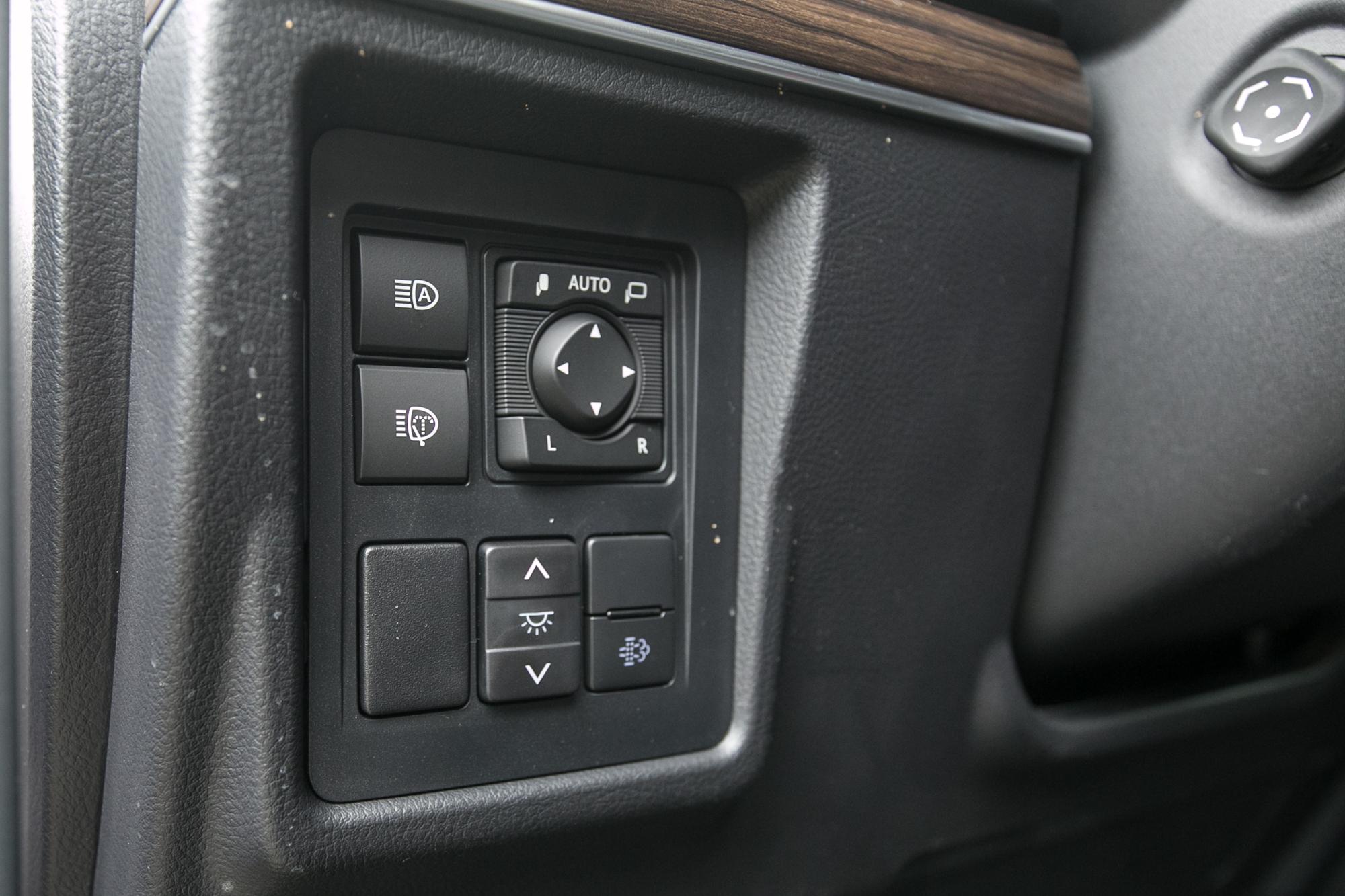 方向盤左側操作介面,可以看見方向盤也為電動四向調整機制。