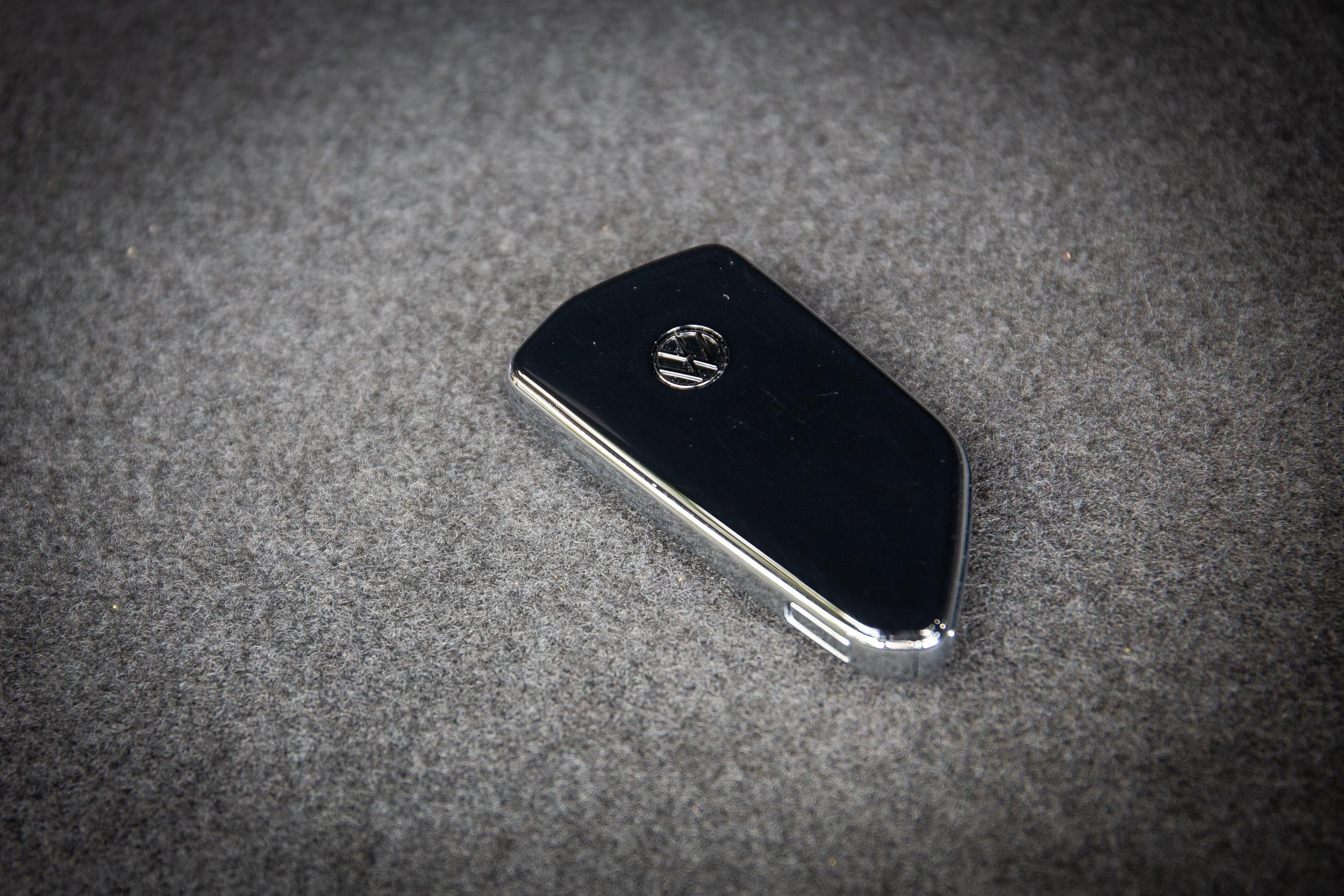 相當有質感的車鑰匙也是平面式設計,取消傳統按鍵。