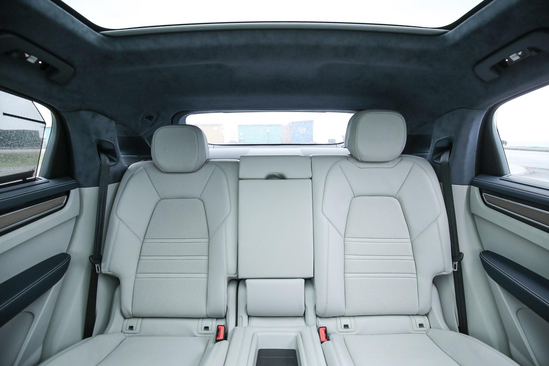 透過座著點的向下條整與車頂形狀的改變,讓後座乘坐空間出乎預料的寬敞舒適。