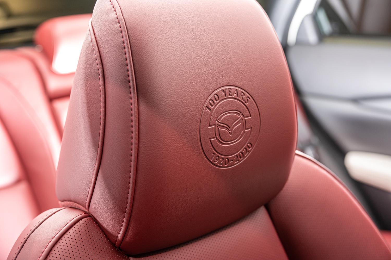 100 週年紀念車款的座椅頭枕,烙印上100週年紀念廠徽。