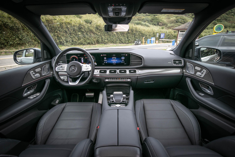 一進座艙,由雙 12.3 吋螢幕組成的進階 MBUX 多媒體功能為視覺重心。