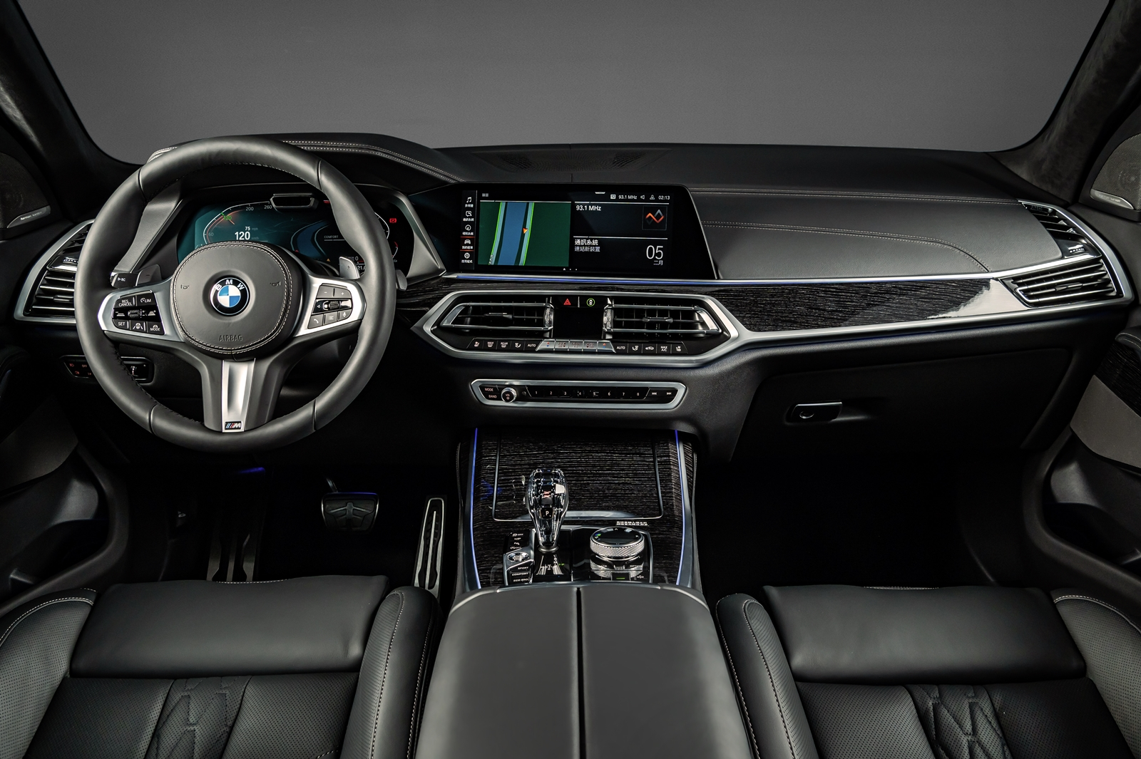 BMW X7 Dark Knight曜黑版配備全數位虛擬座艙、iDrive 7.0 操作介面、全新智慧語音助理2.0、iPhone手機數位鑰匙、無線智慧型手機整合系統、M 款多功能真皮方向盤與 Fineline 黑色高光澤木。