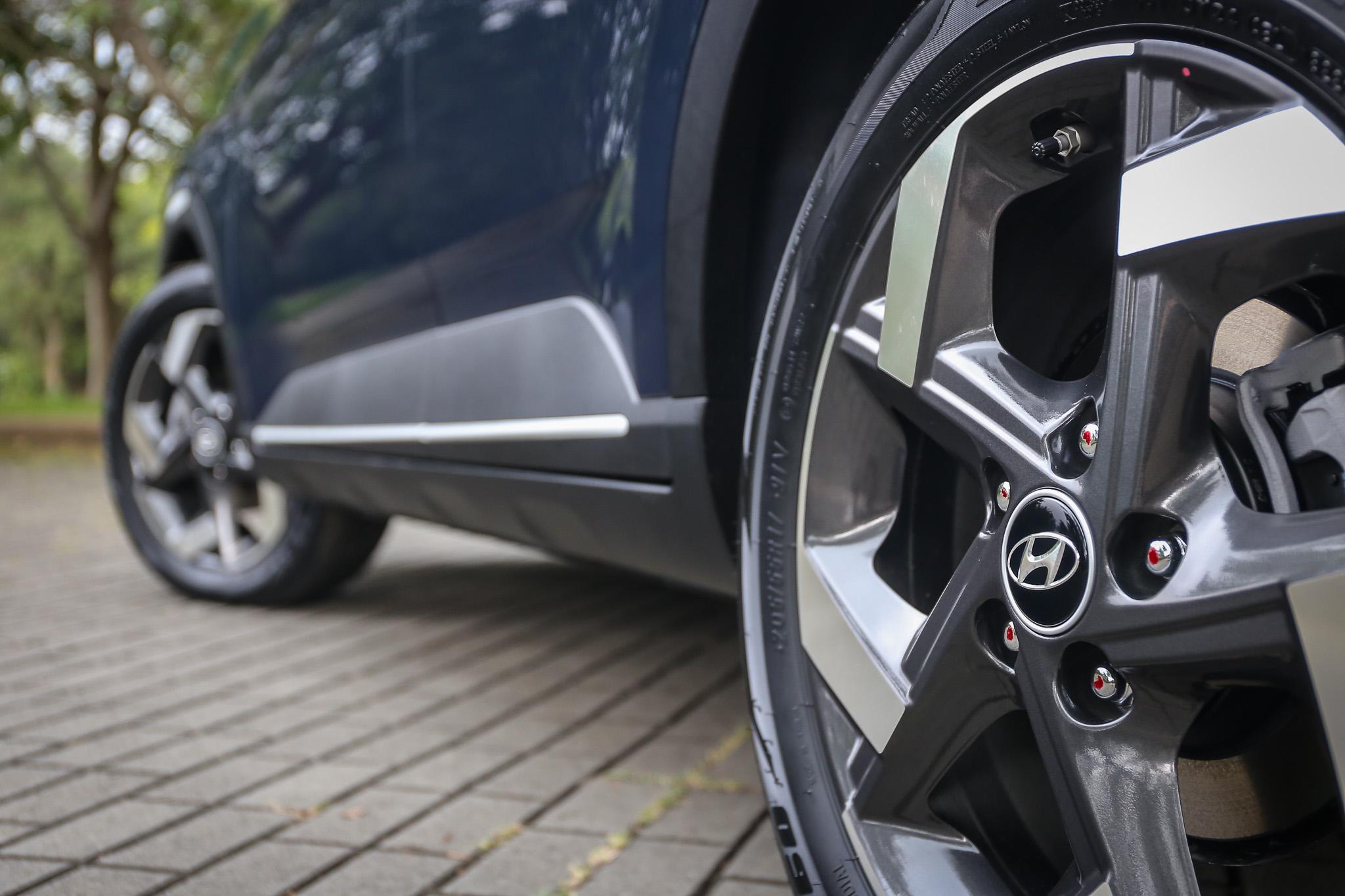GLB 車型等級以上都採用 17 吋胎圈規格。
