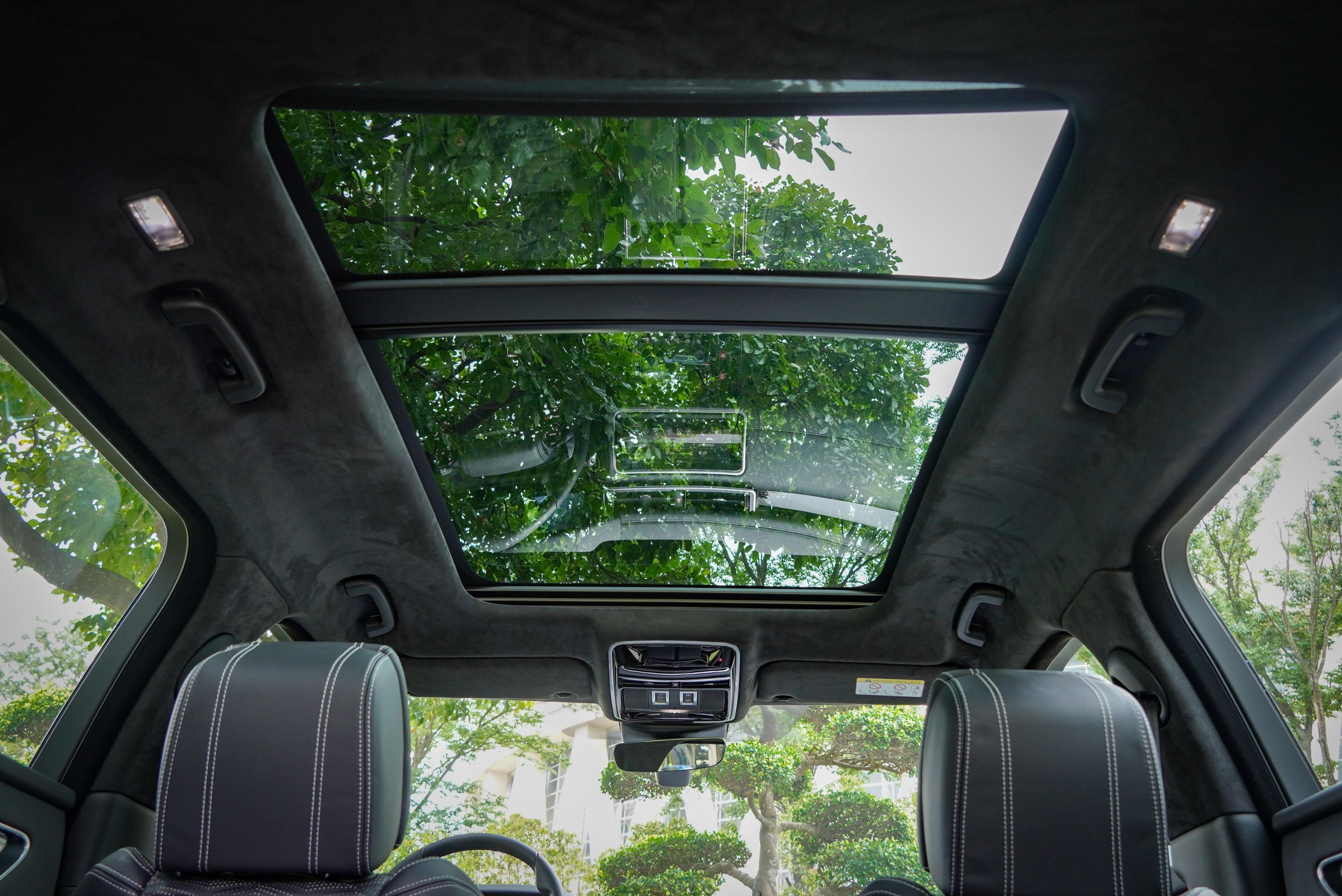 標配全景式天窗與麂皮頂篷。