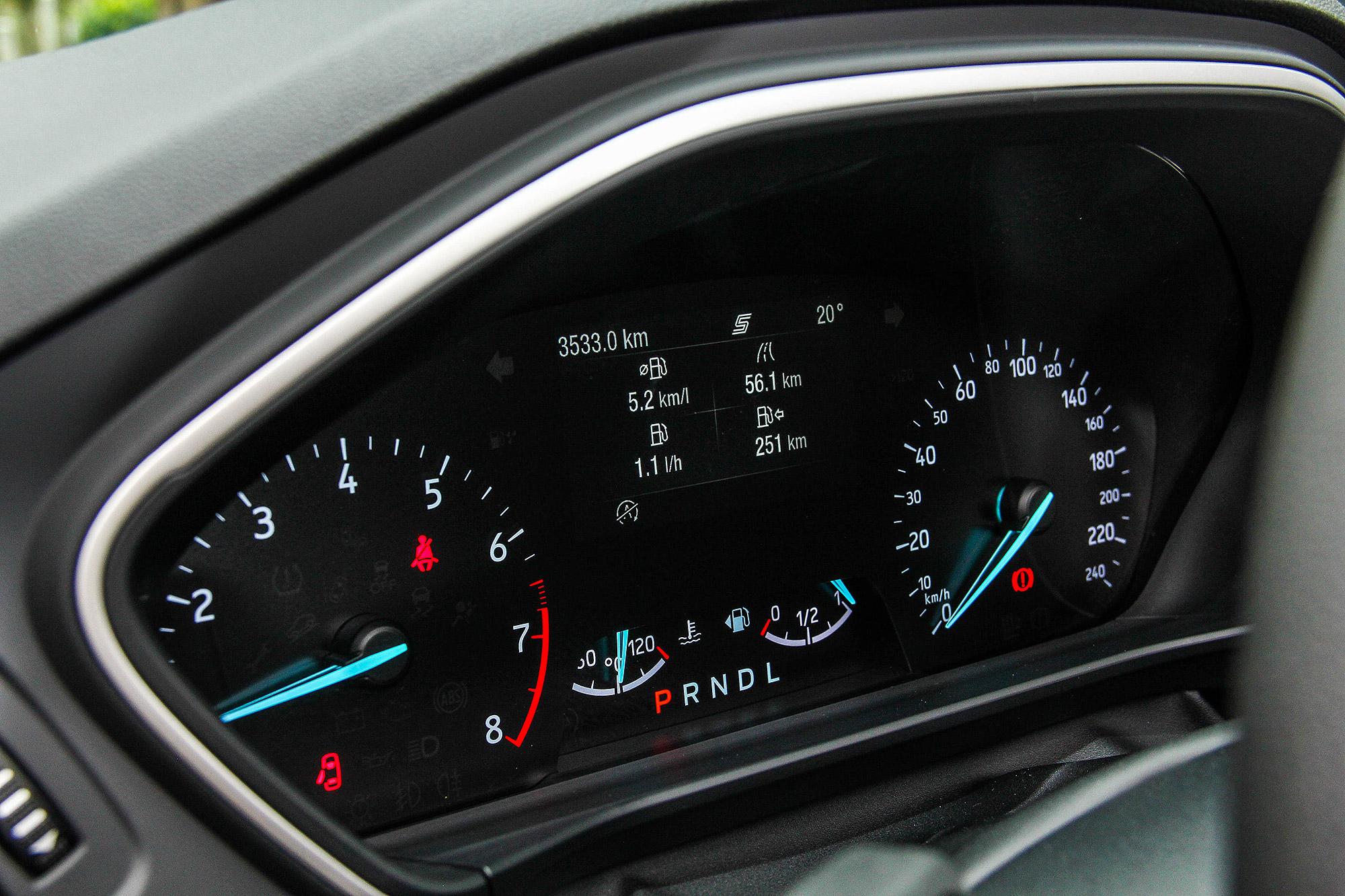 標配 4.2 吋儀表板多功能旅程電腦顯示幕。