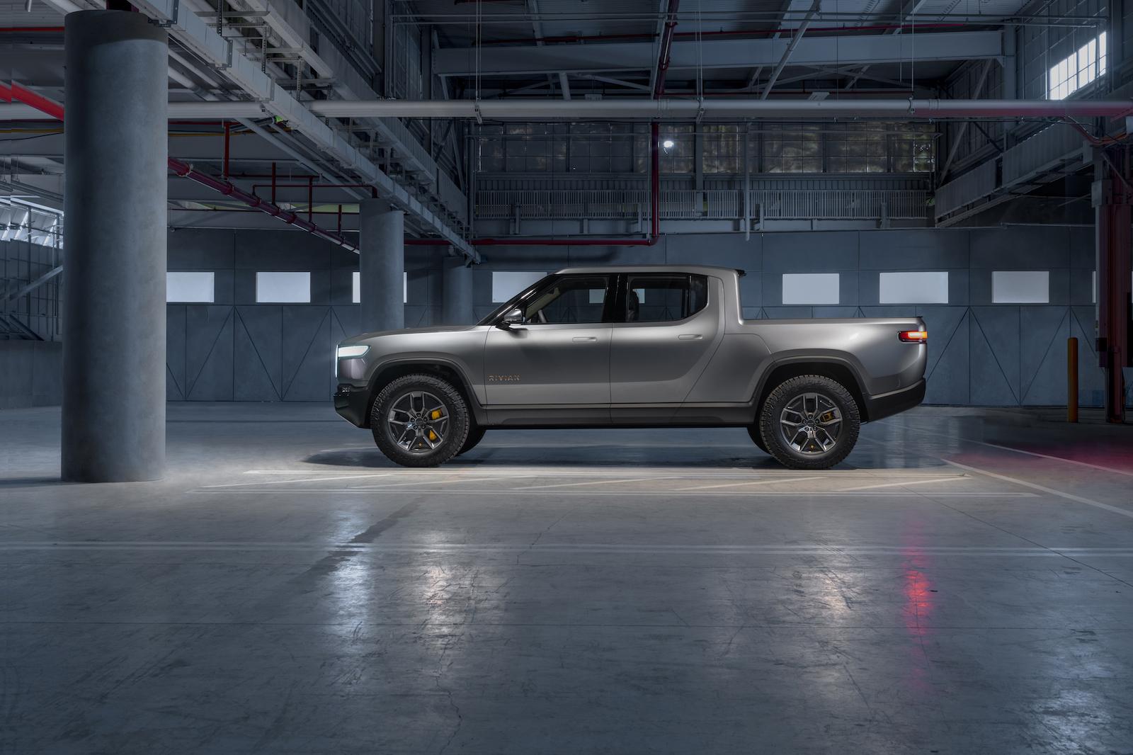 R1T 擁有 11,000 磅拖曳能力以及 1,800 磅車床負重。