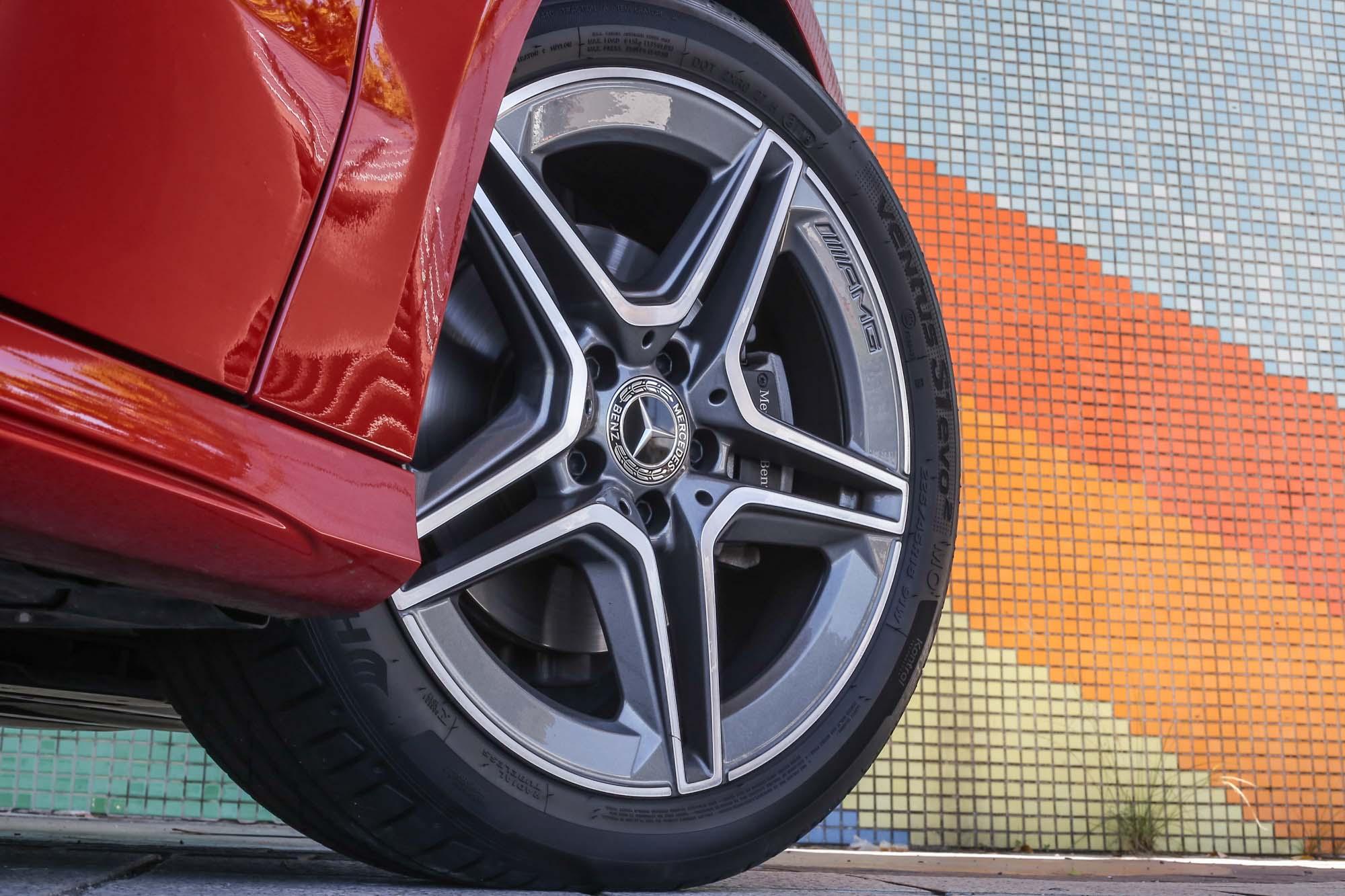 試駕車 B 200 搭配 AMG Line 跑車化套件,配備 AMG 五輻輪圈、雙鍍鉻尾管、鑽石型水箱護罩,讓保守的 MPV 造型多了運動氣息。