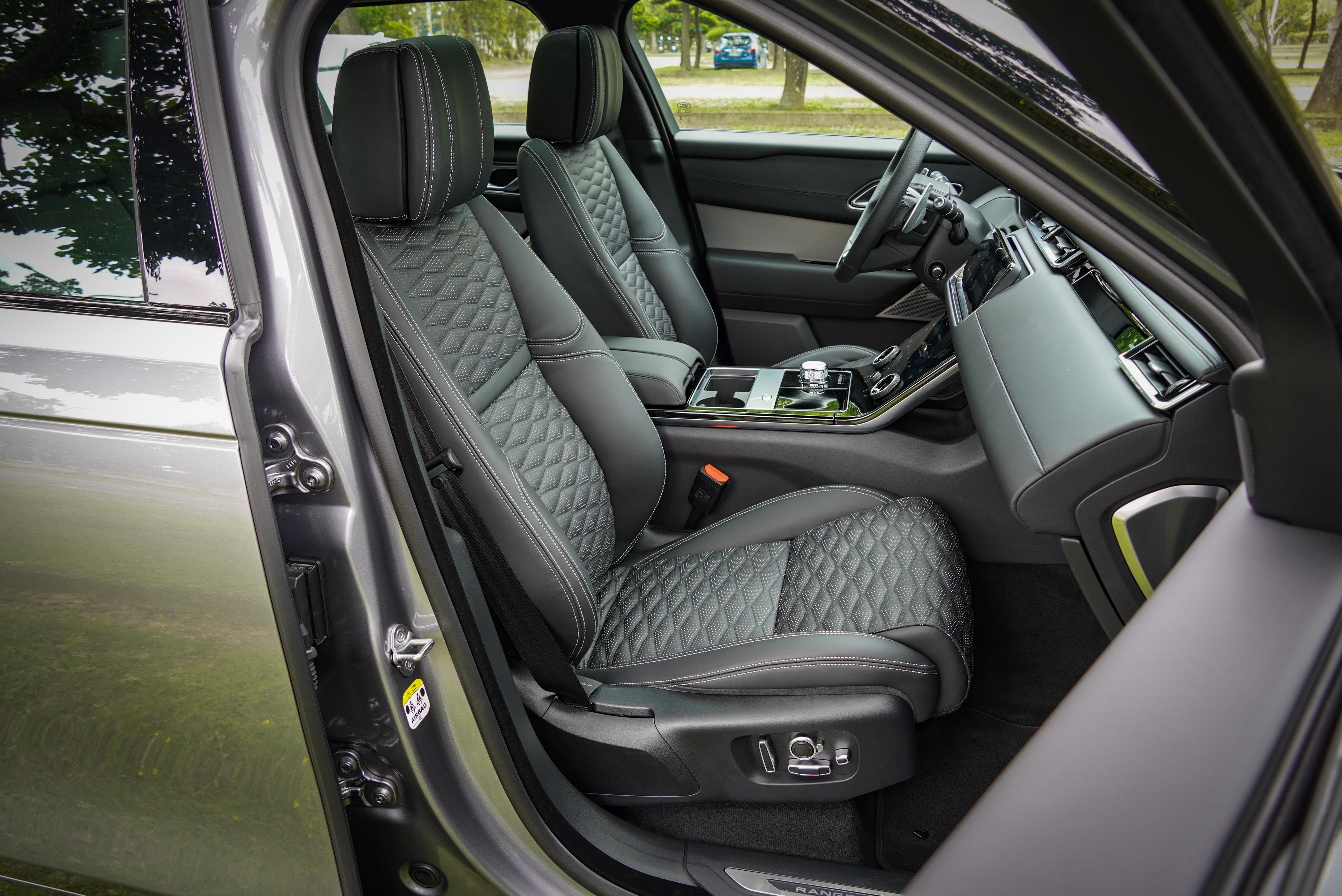 前座是具按摩功能的 20 向電動調整空調前座椅。