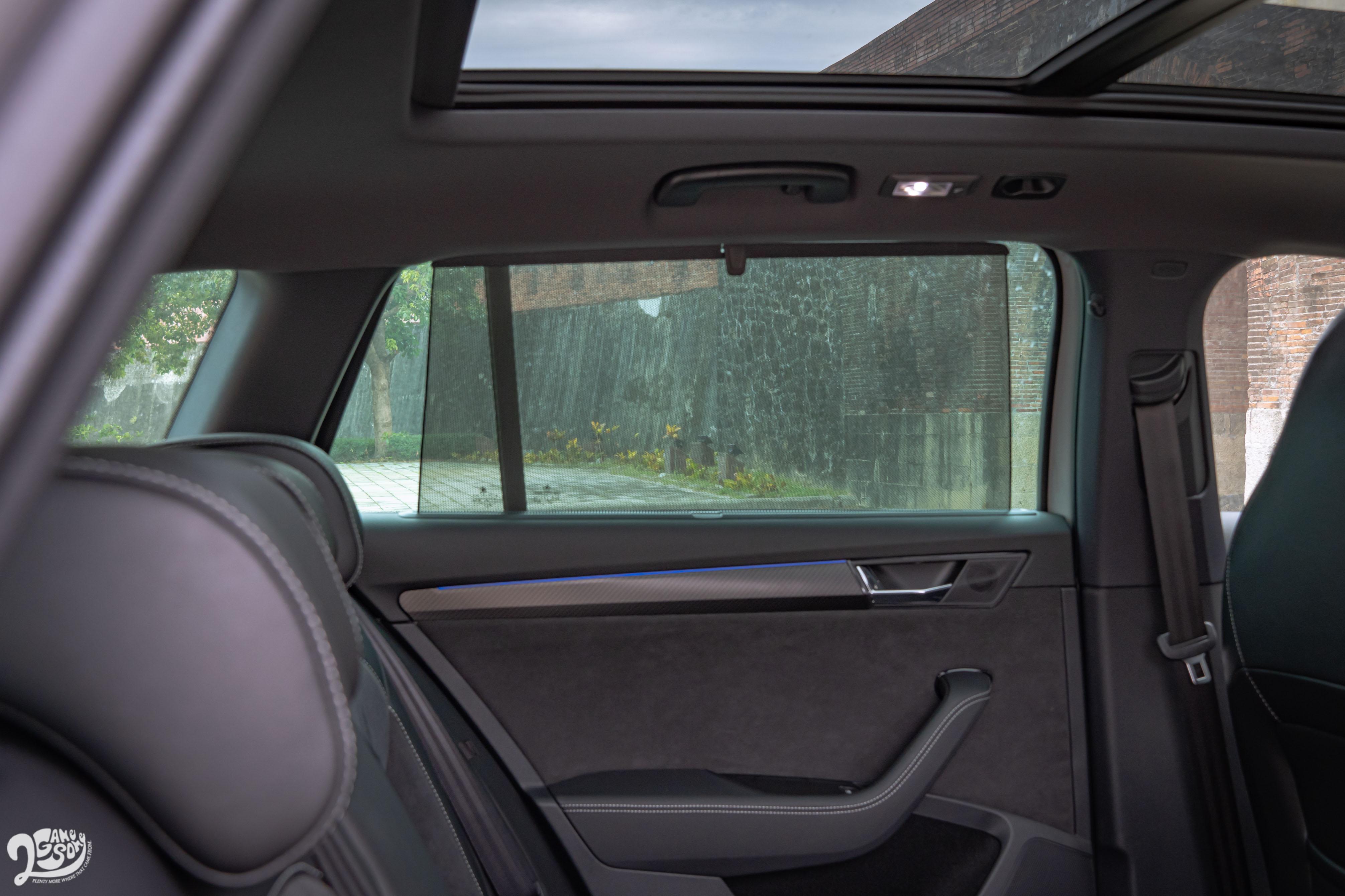後座車門有遮陽簾。