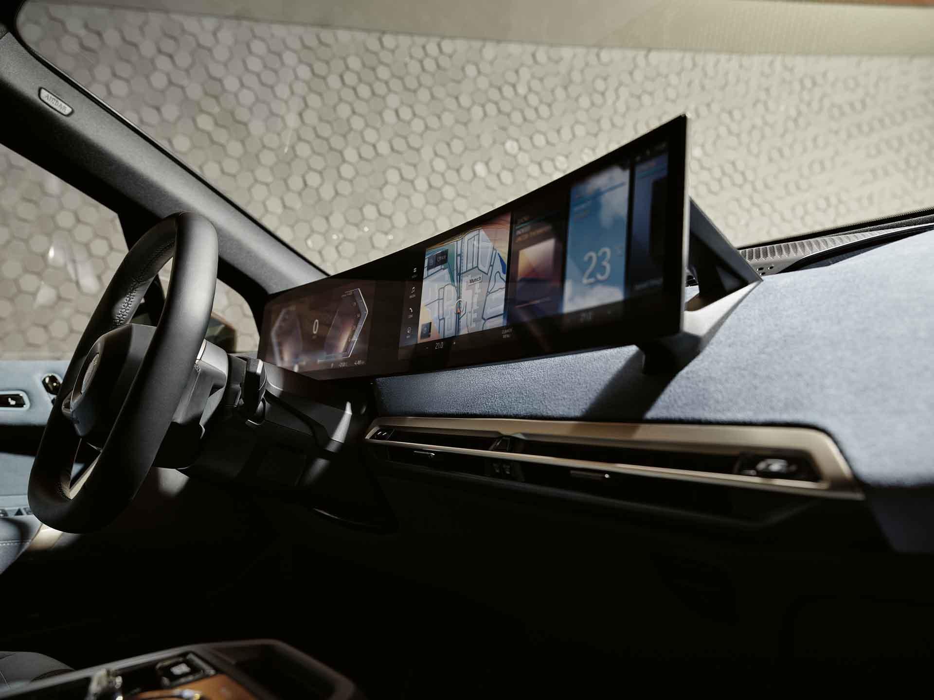 採用一體式曲面螢幕(12.3 吋虛擬數位儀錶與 14.9 吋中控觸控螢幕),結合全新 iDrive 8 使用者介面與車況抬頭顯示器。