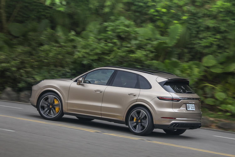 雖然車身重量將近 2.2 噸,但 Cayenne Turbo 仍可以有著不俗的操控表現。