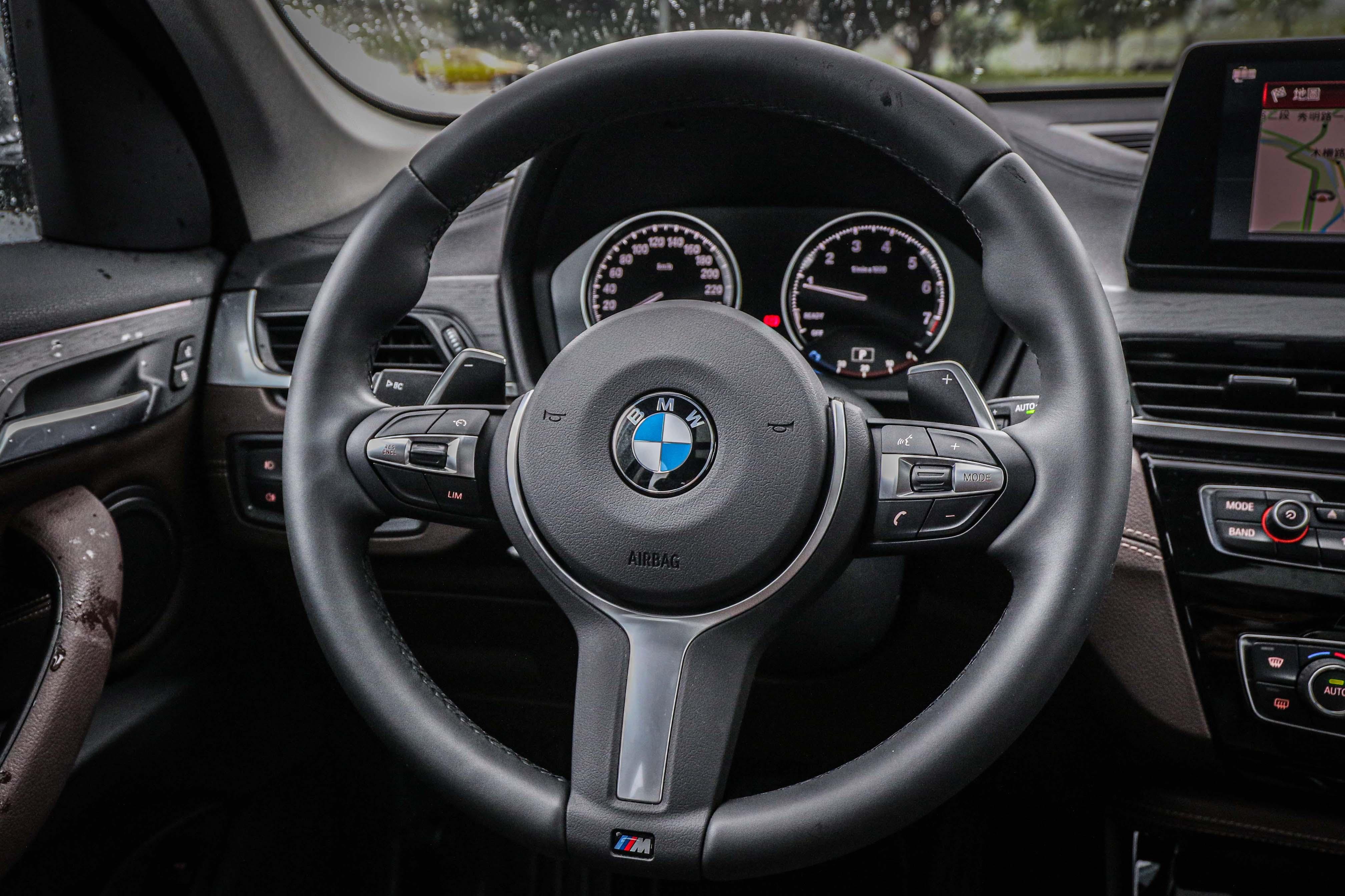 M 款多功能真皮方向盤是全車系標配,不過 sDrive18i 沒有換檔撥片。