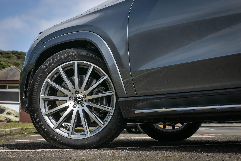 22 吋 AMG 多輻式高光澤灰色輕合金輪圈為選配。