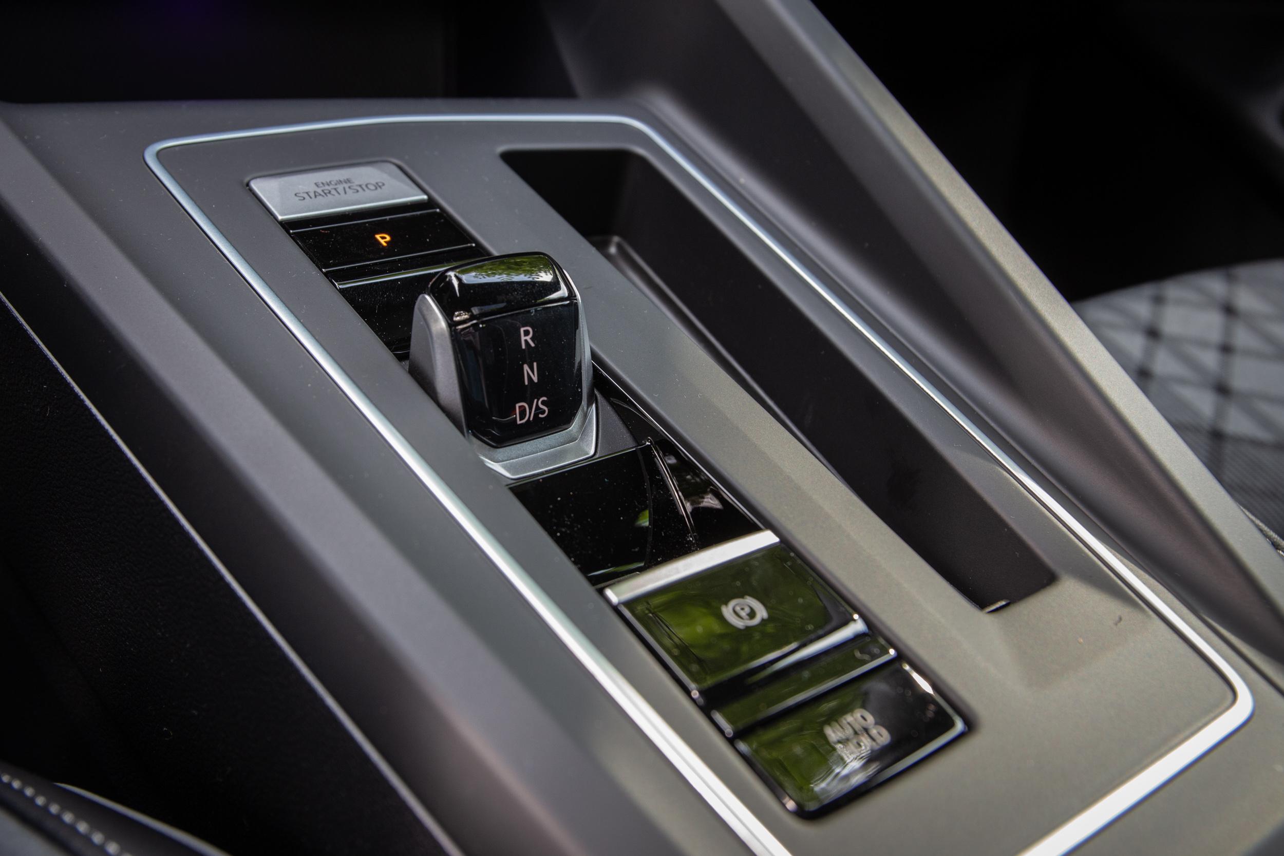 首度搭配線傳式排檔設計,變速系統仍為 DSG 七速雙離合器自手排變速箱。