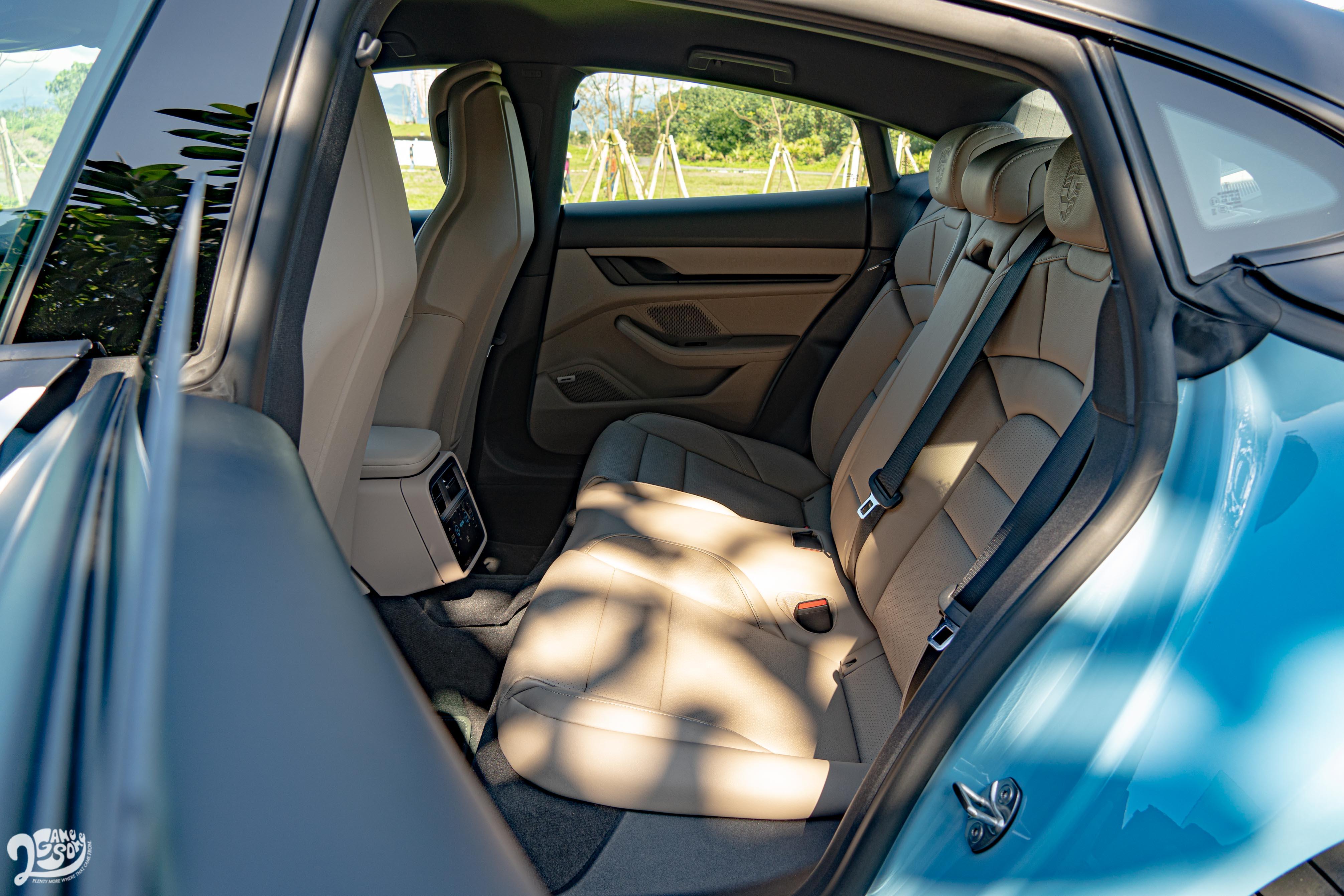Taycan 標配 4 人座配置,試駕車則選配後座 2+1 座椅配置。