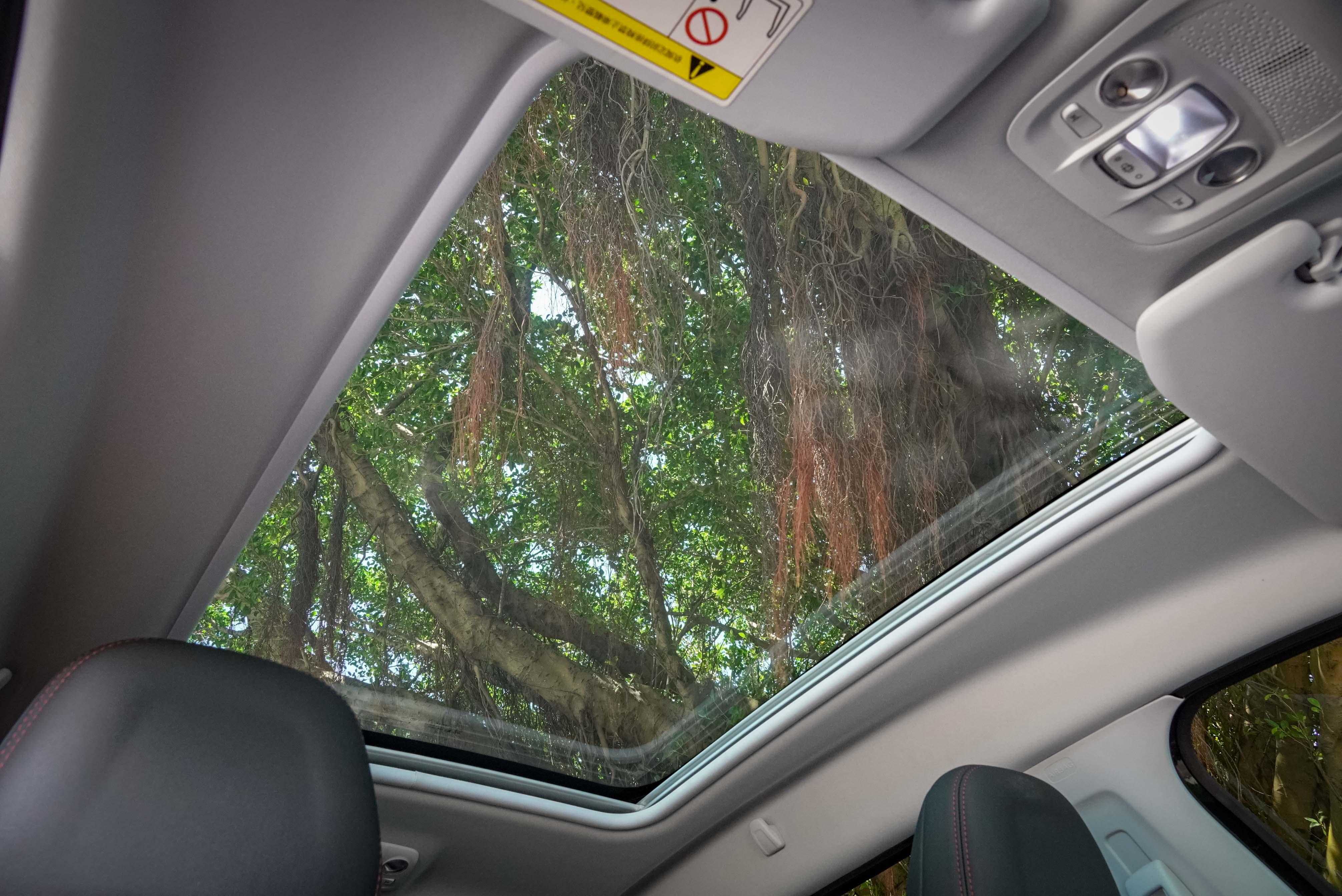 2008 特仕版標配 Cielo 全景式雙層膠合強化玻璃車頂。
