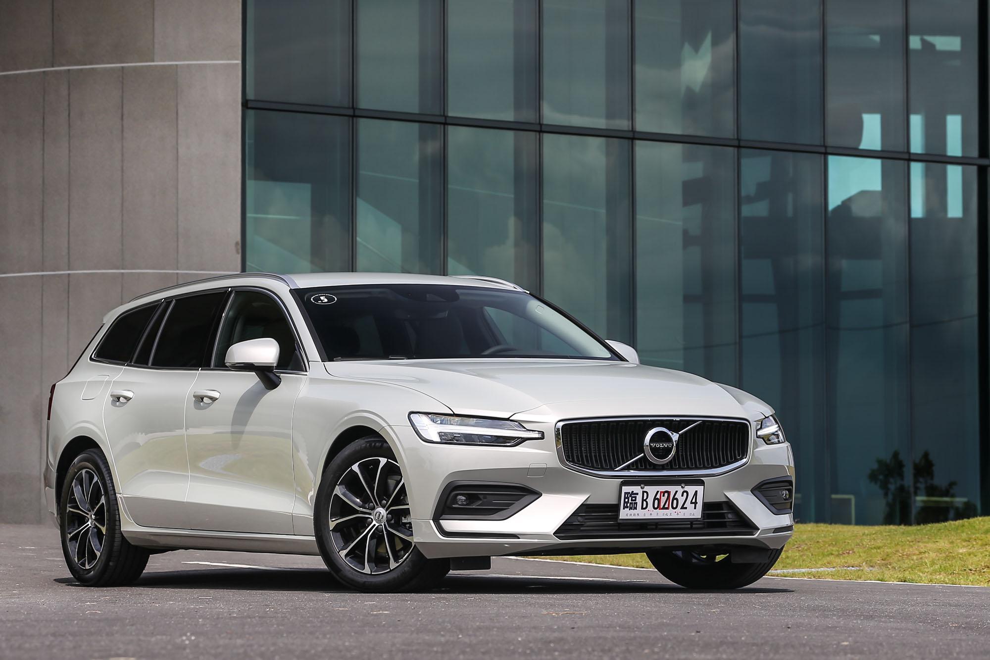 試駕車型為 Volvo V60 T4 Momentum,售價為新台幣 190 萬元。