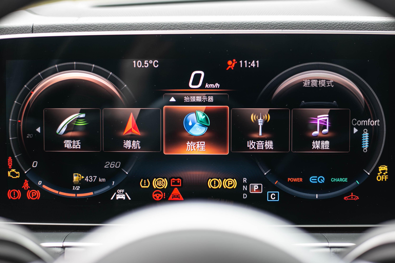 透過方向盤上觸控介面操作,可把儀表板分為左右雙環與中央區域等三區控制。