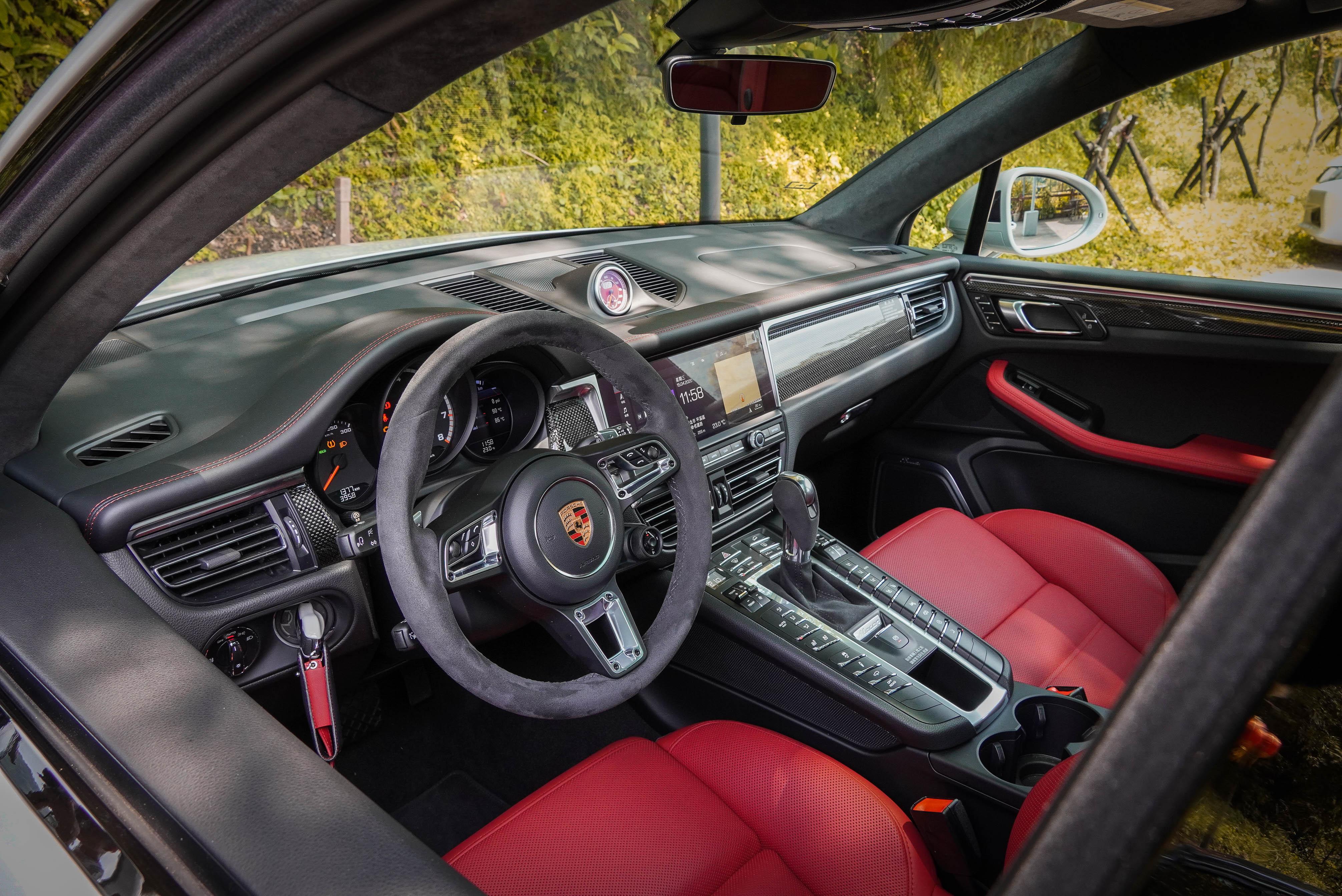 相較於多數 SUV,Macan 與 Cayenne 同樣擁有「戰鬥艙」一般的駕駛座氛圍。