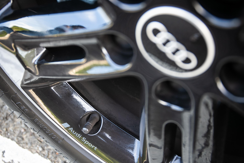 鑄造鋁合金輪圈上的 Audi Sport 字樣。