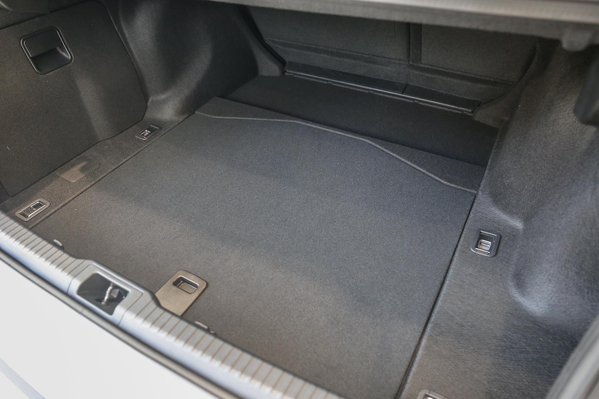 標準乘坐狀態時後廂置物容積為 450 公升。