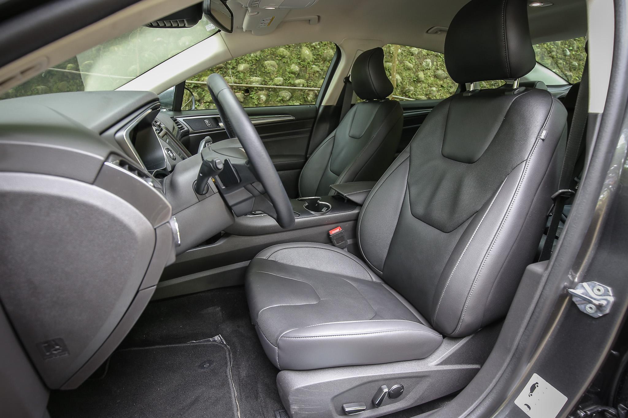 配備皮質座椅(附加熱功能)及駕駛座十向電動調整(附三組記憶功能)。