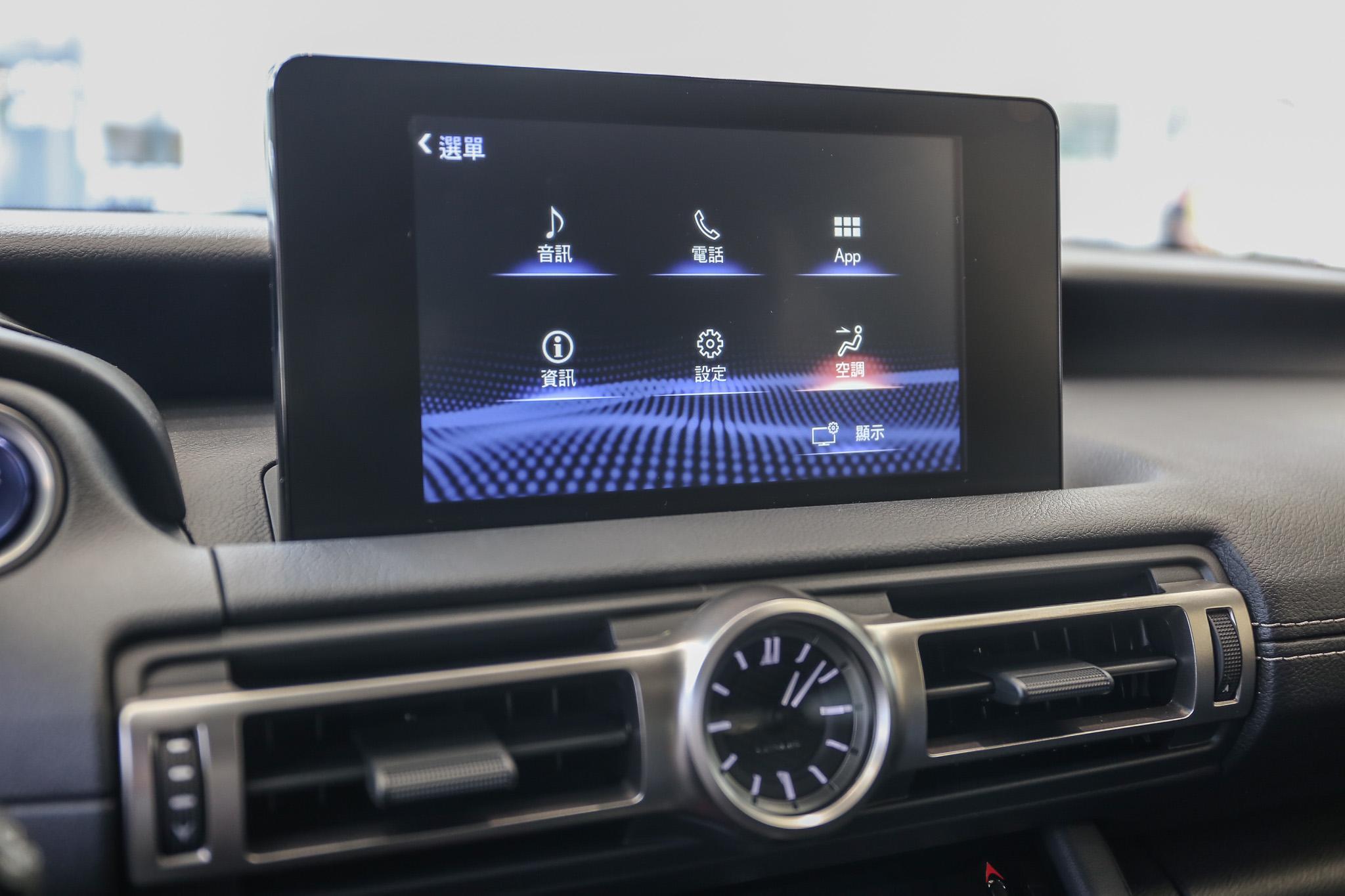 中控台搭載 8 吋控式螢幕。