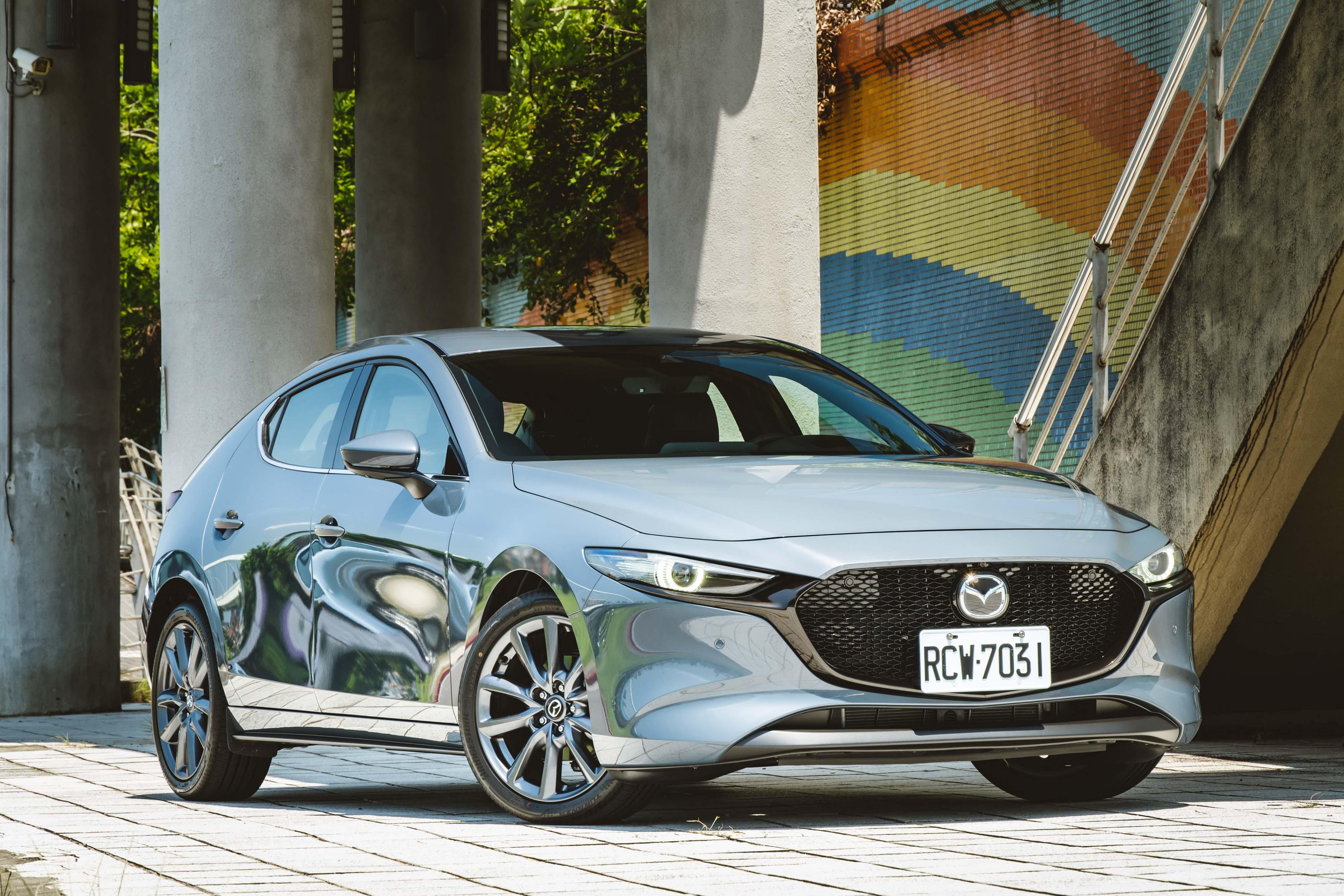Mazda3 全車系標配 LED 頭燈,日行燈在頂級型以上才是 LED。
