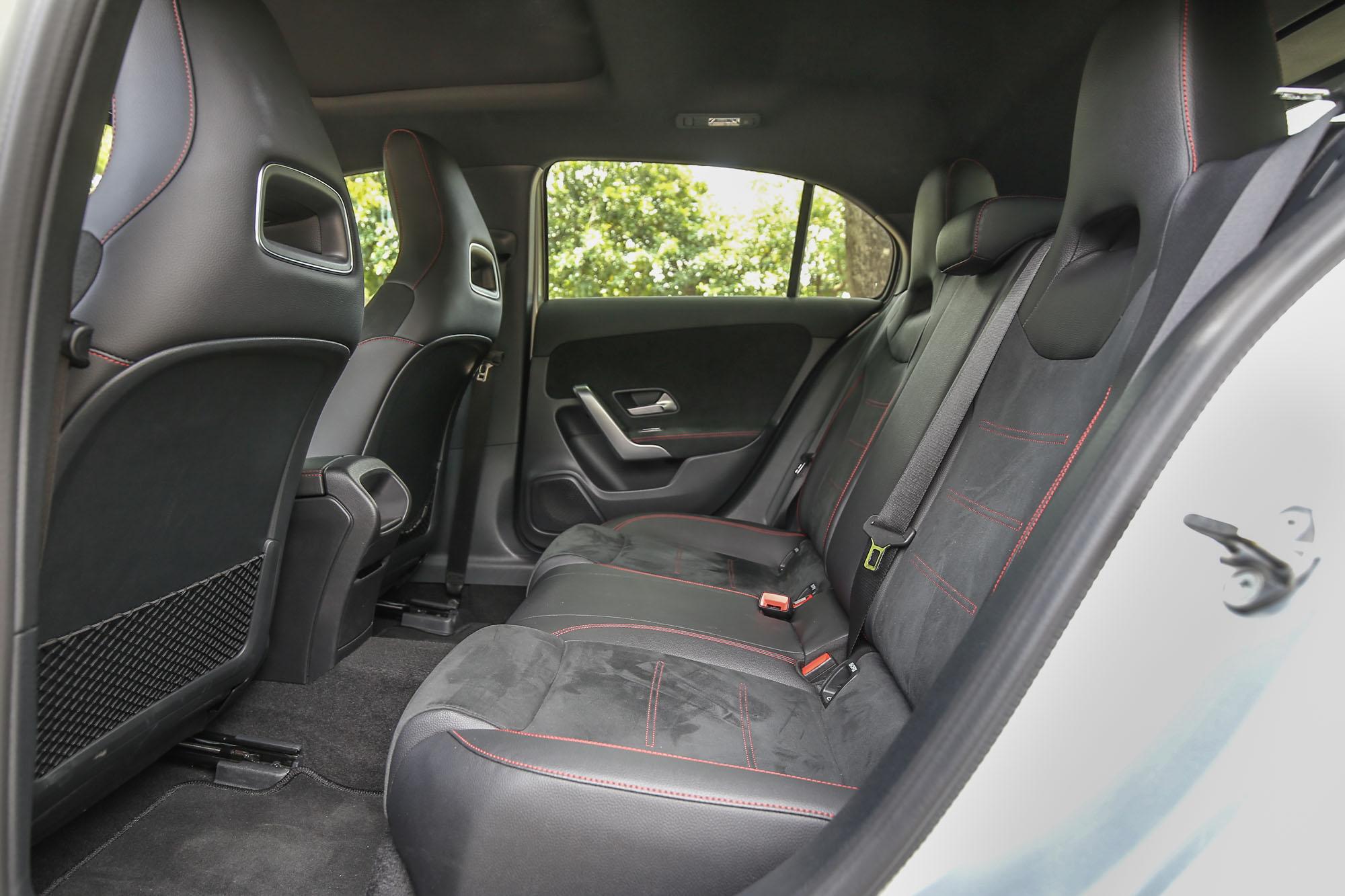 後座同樣配備跑車座椅,並採用 ARTICO/DINAMICA 材質包覆。