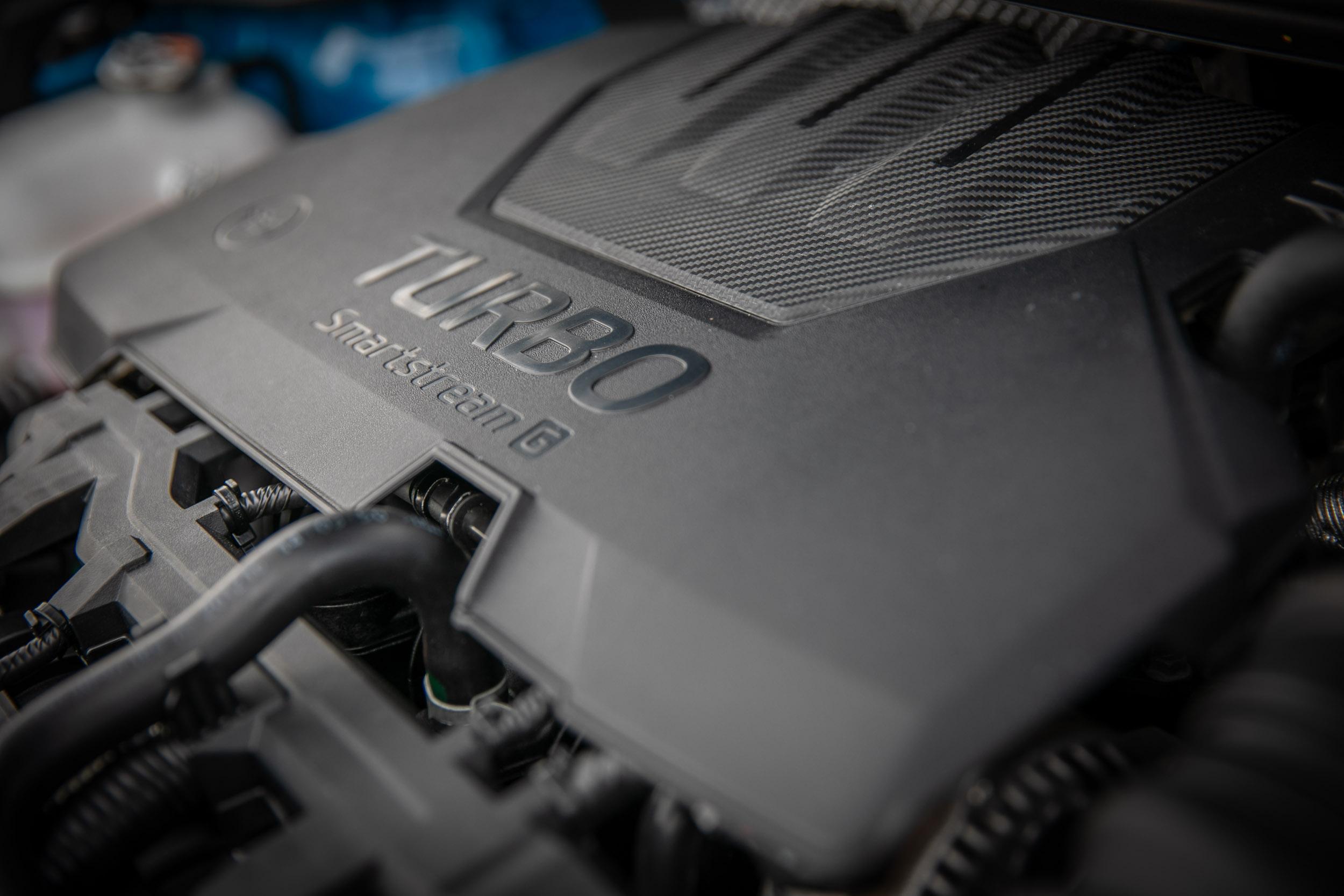Stonic 1.0T智慧油電驚豔版搭載 1.0 升渦輪增壓直列三缸汽油引擎,具備 120ps/6000rpm 最大馬力與 20.4kgm/2000~3500rpm 最大扭力輸出。