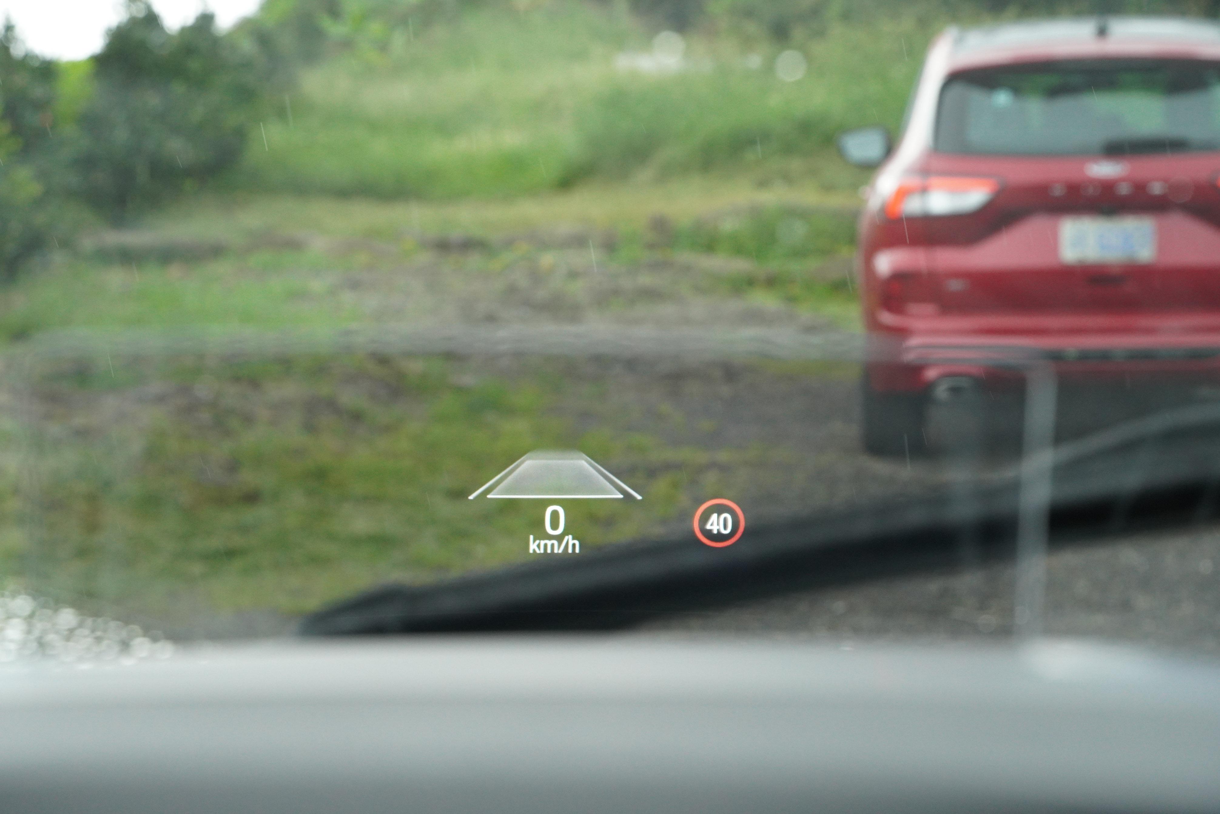 抬頭顯示器為 Kuga ST-Line 標準配備。