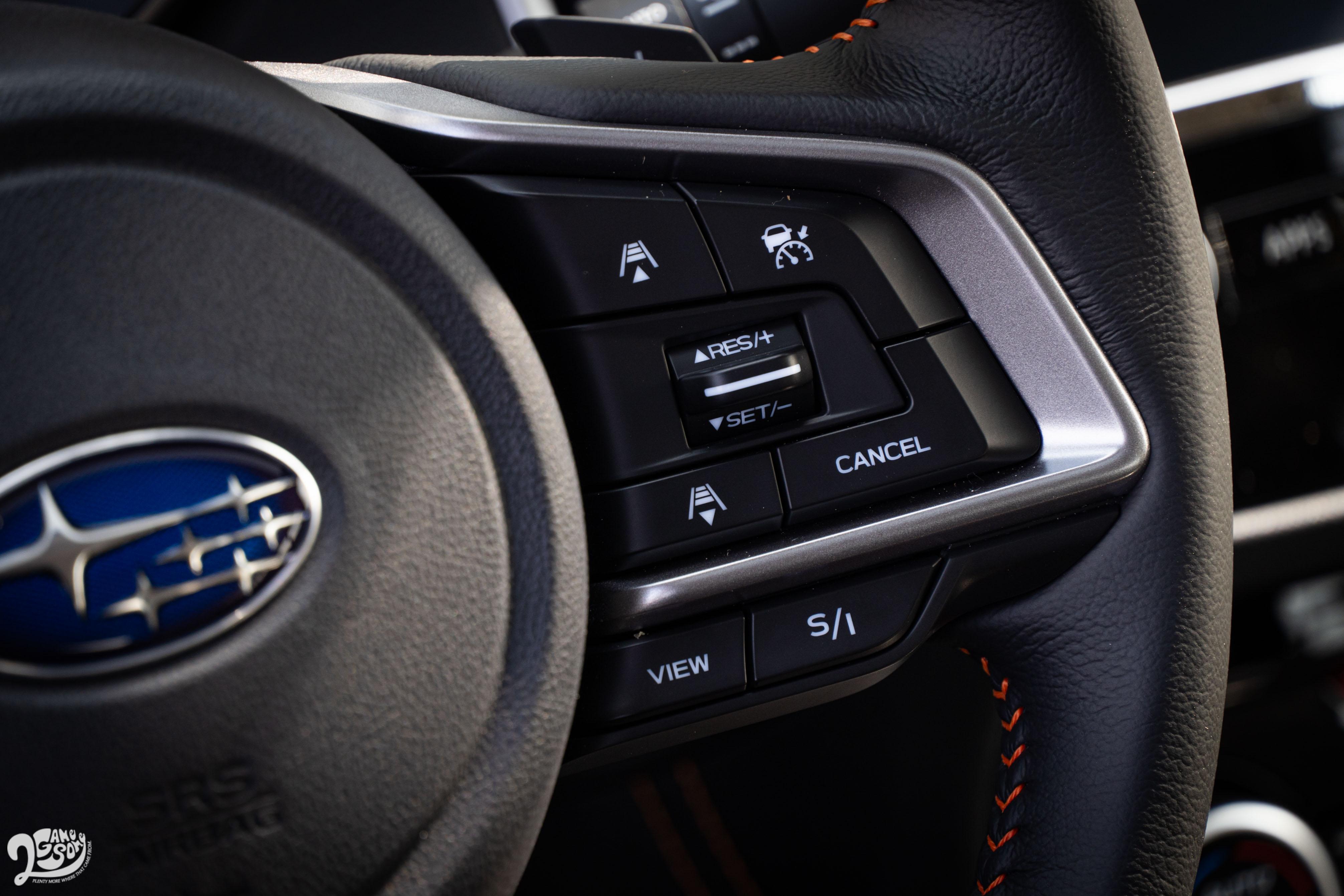 方向盤右側多了「View」按鍵,按下後可透過中控臺上方螢幕查看前車影像。