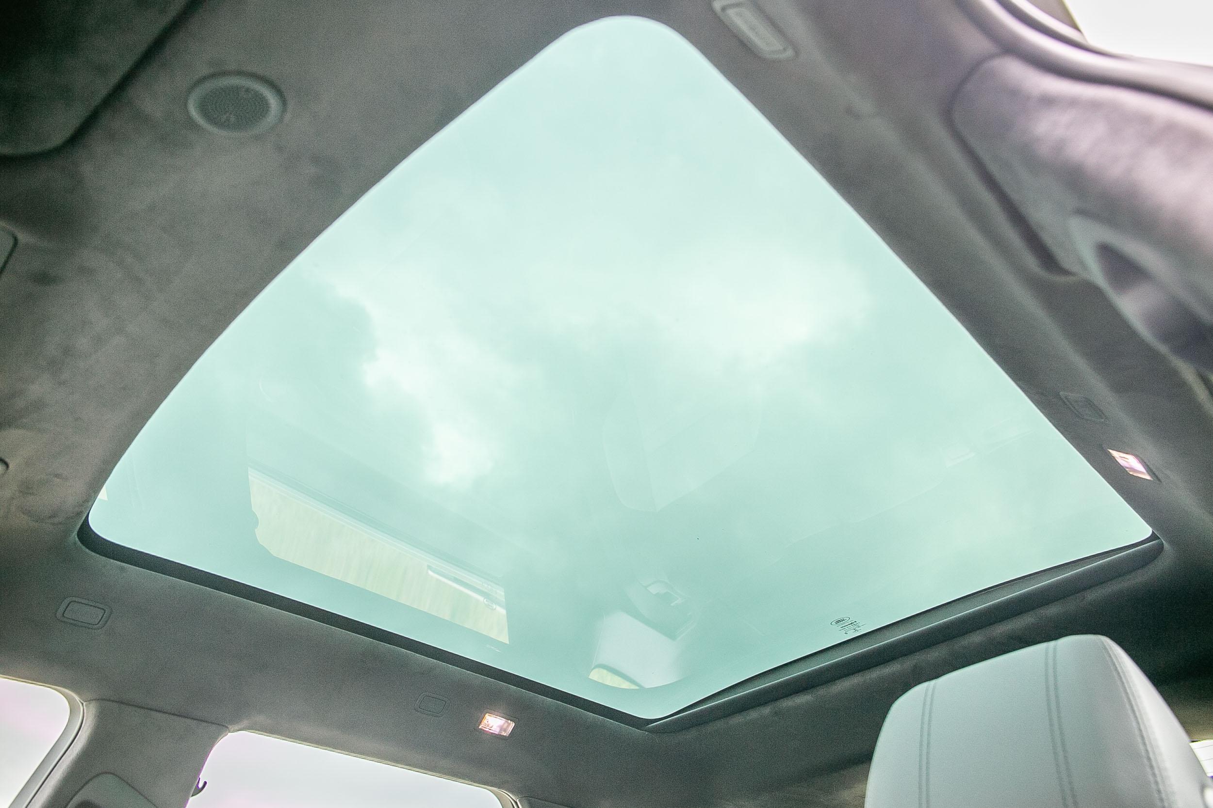 全景式固定天窗為車系標配,另外選配檀木黑類麂皮車頂,價格為 30,500 元。