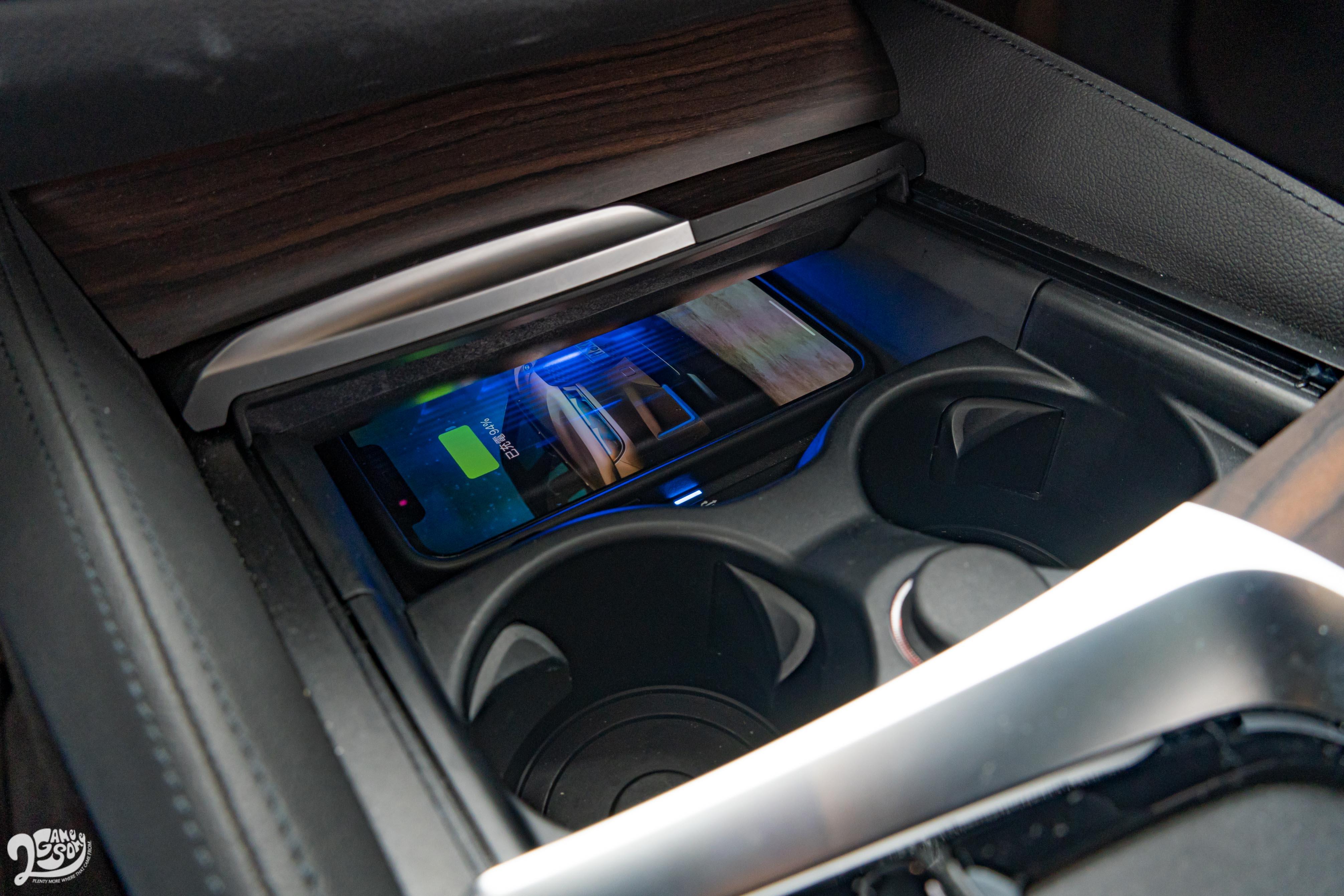 520i M Sport 標配 Sport 版本上是選配的無線充電功能。