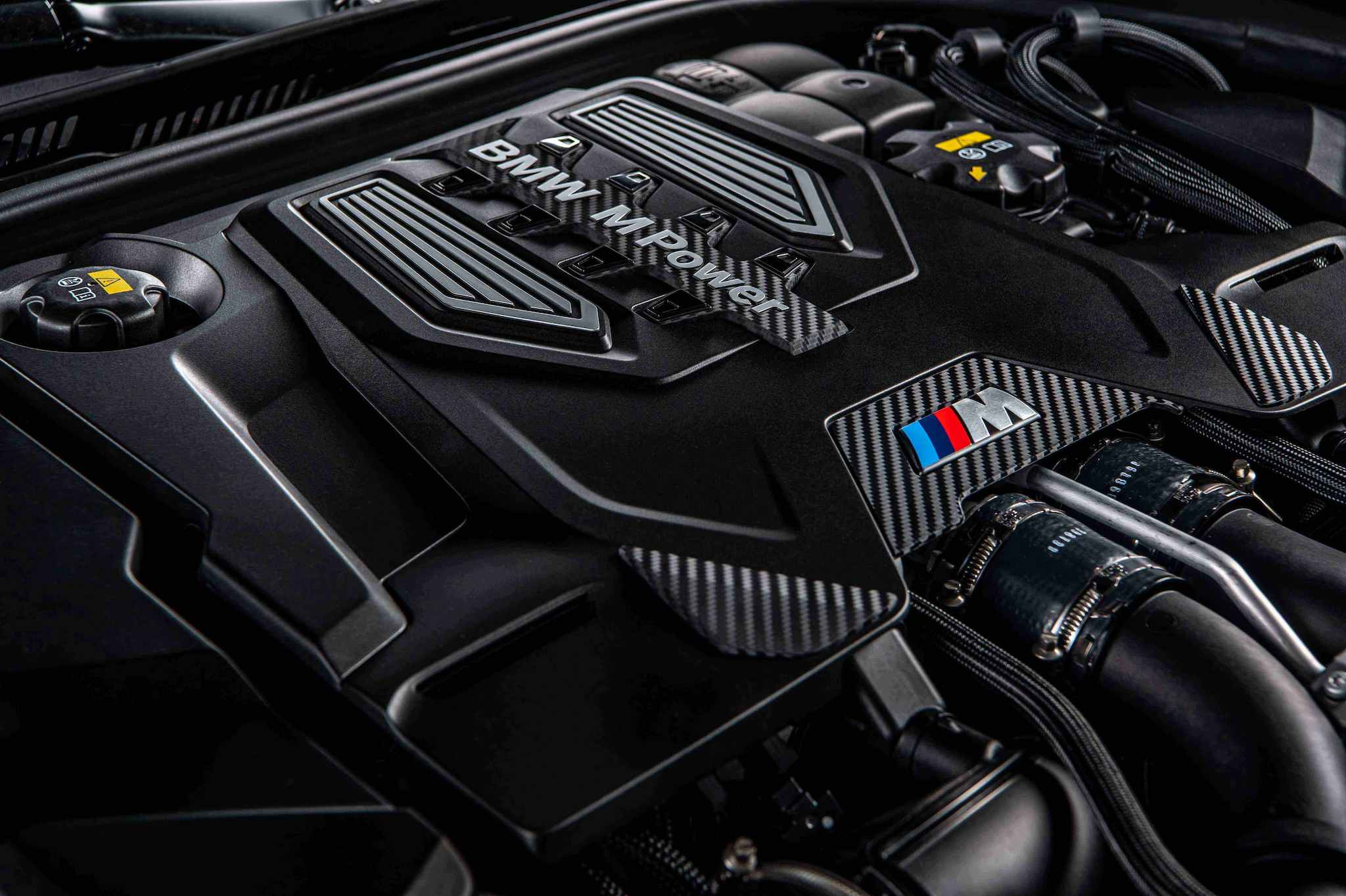 全新 BMW M5 搭載 M TwinPower Turbo S63 4.4 升 V 型 8 汽缸雙渦輪雙渦流汽油引擎,最大馬力達 600 匹德制馬力與 750 牛頓米的強勁扭力輸出。