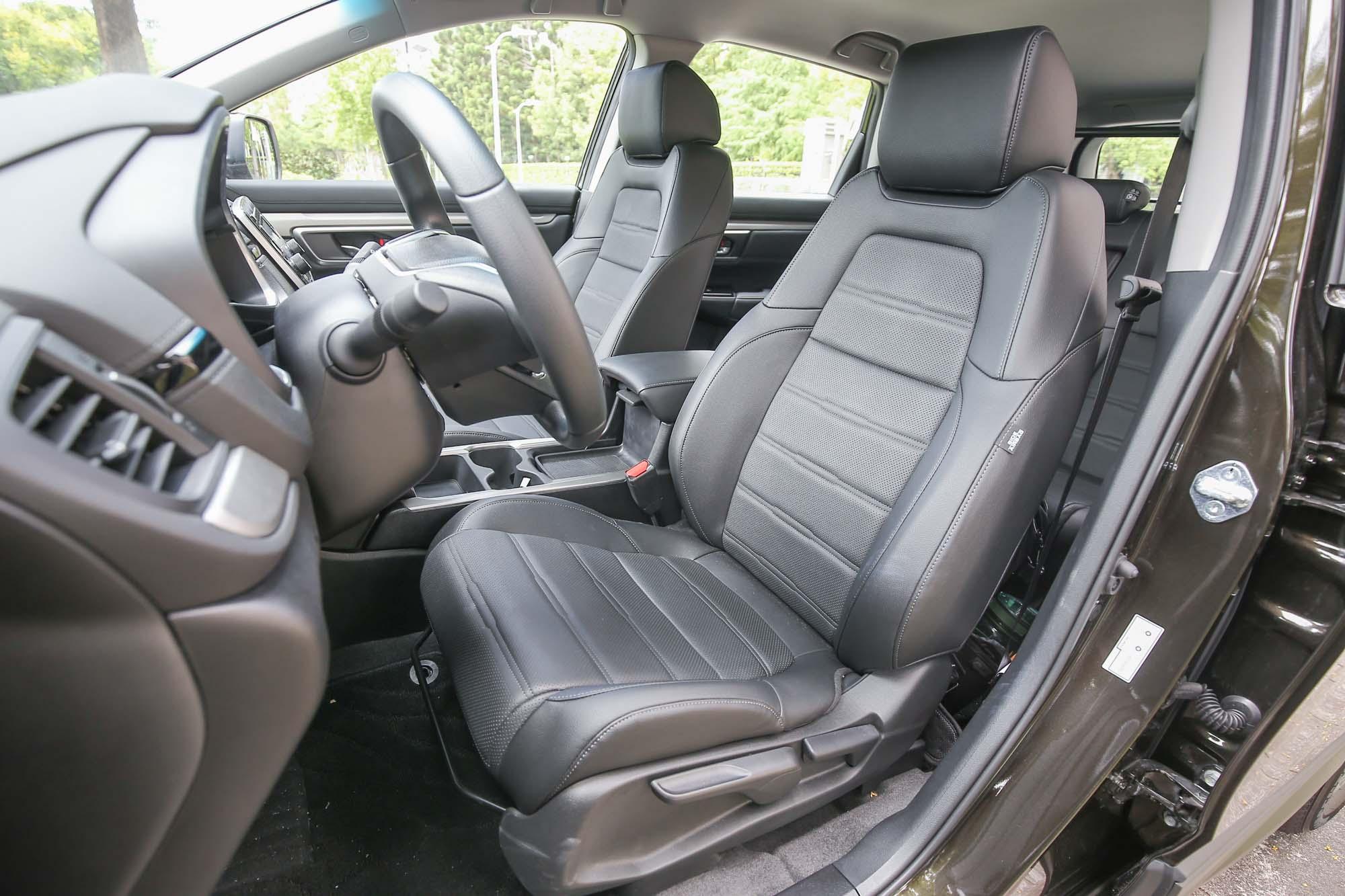 雖然入門 VTi 車型前排座椅為手動調整,但頂規的 S 車型則有同級唯一的左右電動座椅設計。