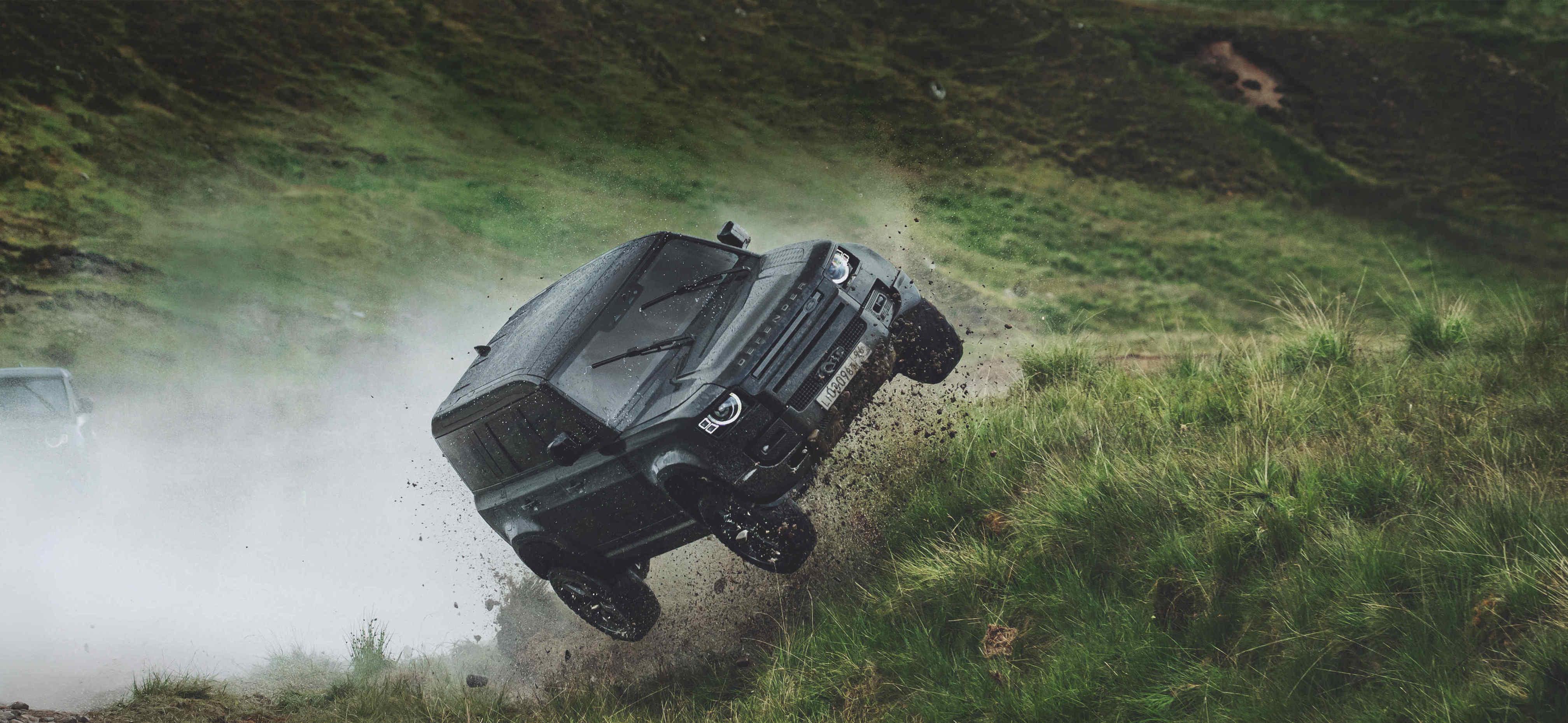 你的車可以這樣飛嗎?來看 Land Rover Defender 在【007生死交戰】中旋轉跳躍