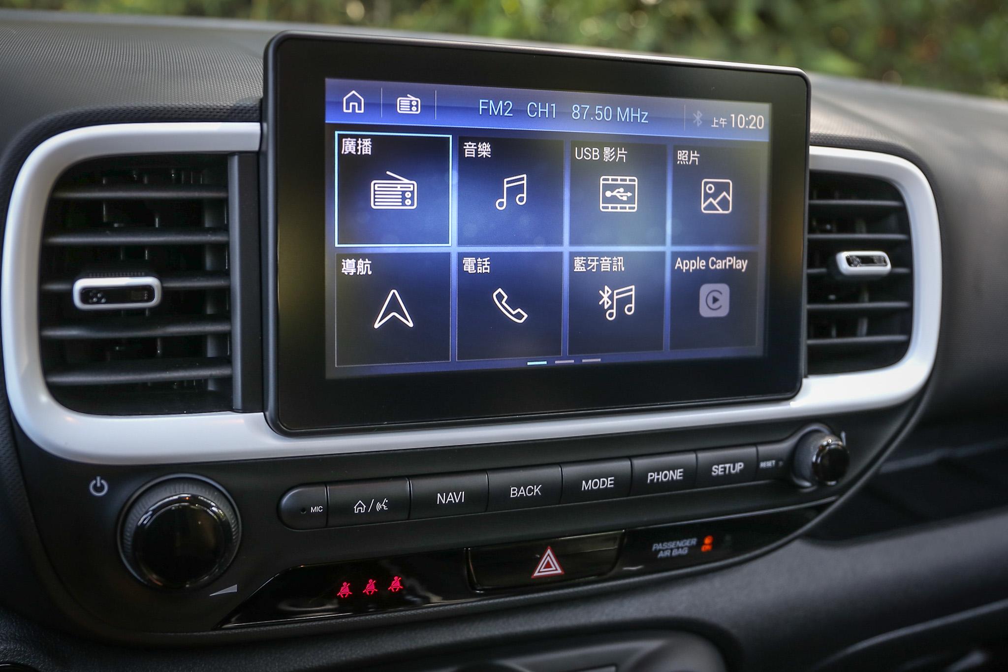 八吋觸控懸浮式影音系統為 Venue 車系標準配備。
