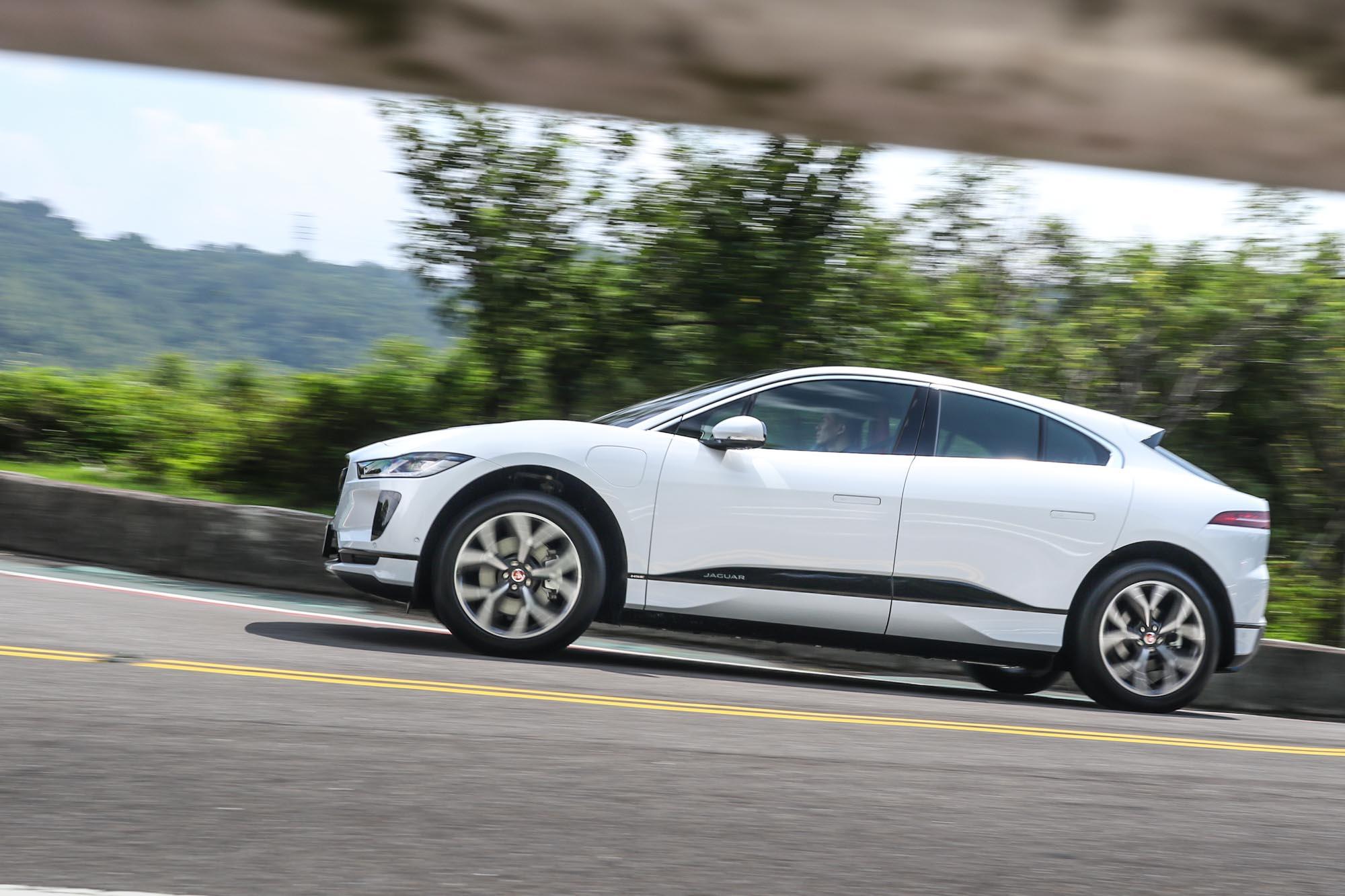 Jaguar I-PACE 售價 333 萬起,靜止加速至100km/h 僅需 4.8 秒就可完成。。