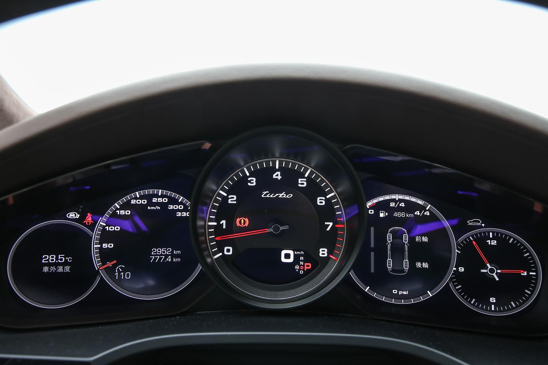 中央的類比轉速表搭配兩側七吋多功能顯示幕,把傳統的五環儀表用新時代的方式呈現。