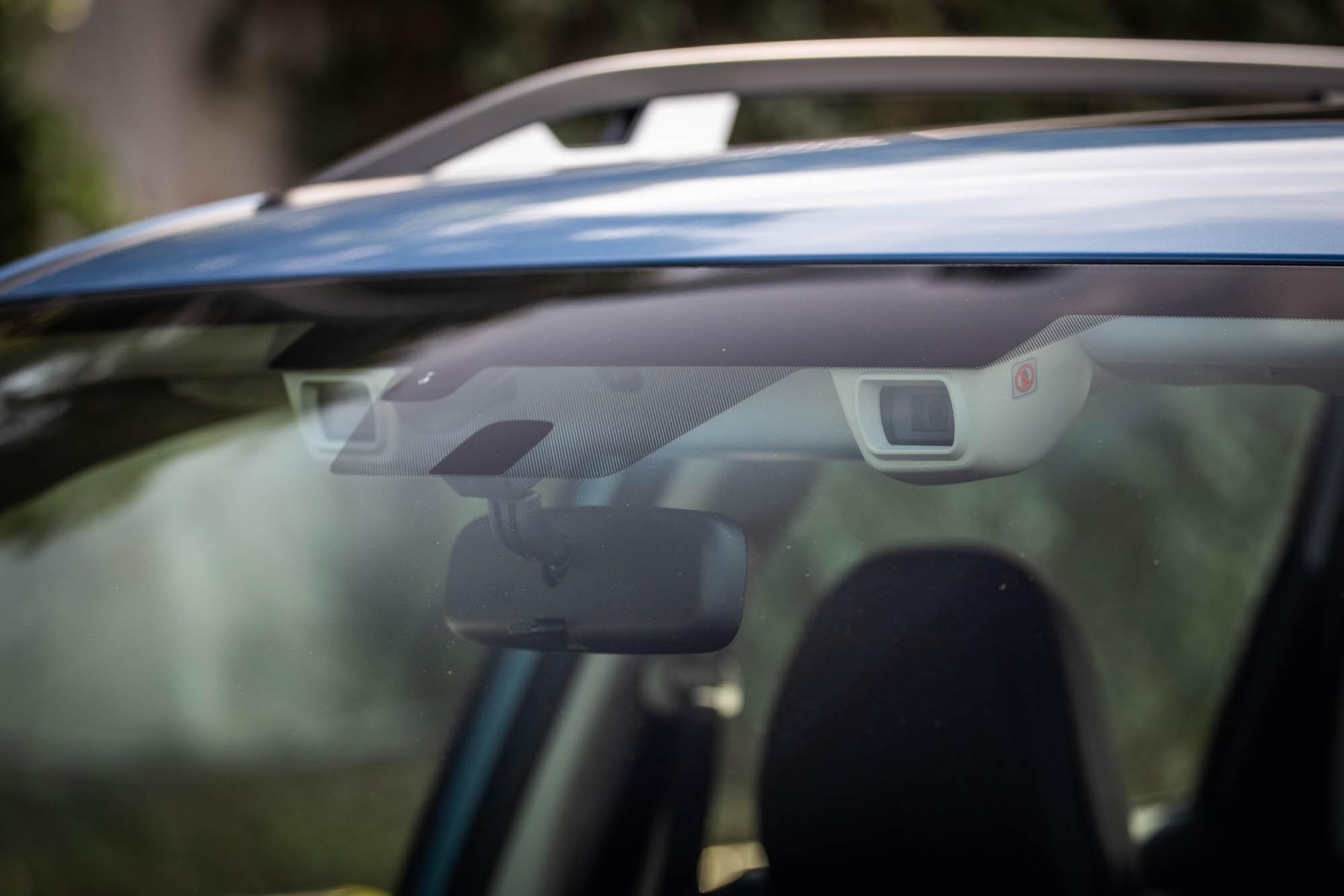 EyeSight智能駕駛安全輔助系統是透過前擋風玻璃內側兩個立體攝影鏡頭擷取三維彩色影像,與其他車款科技特色有所不同