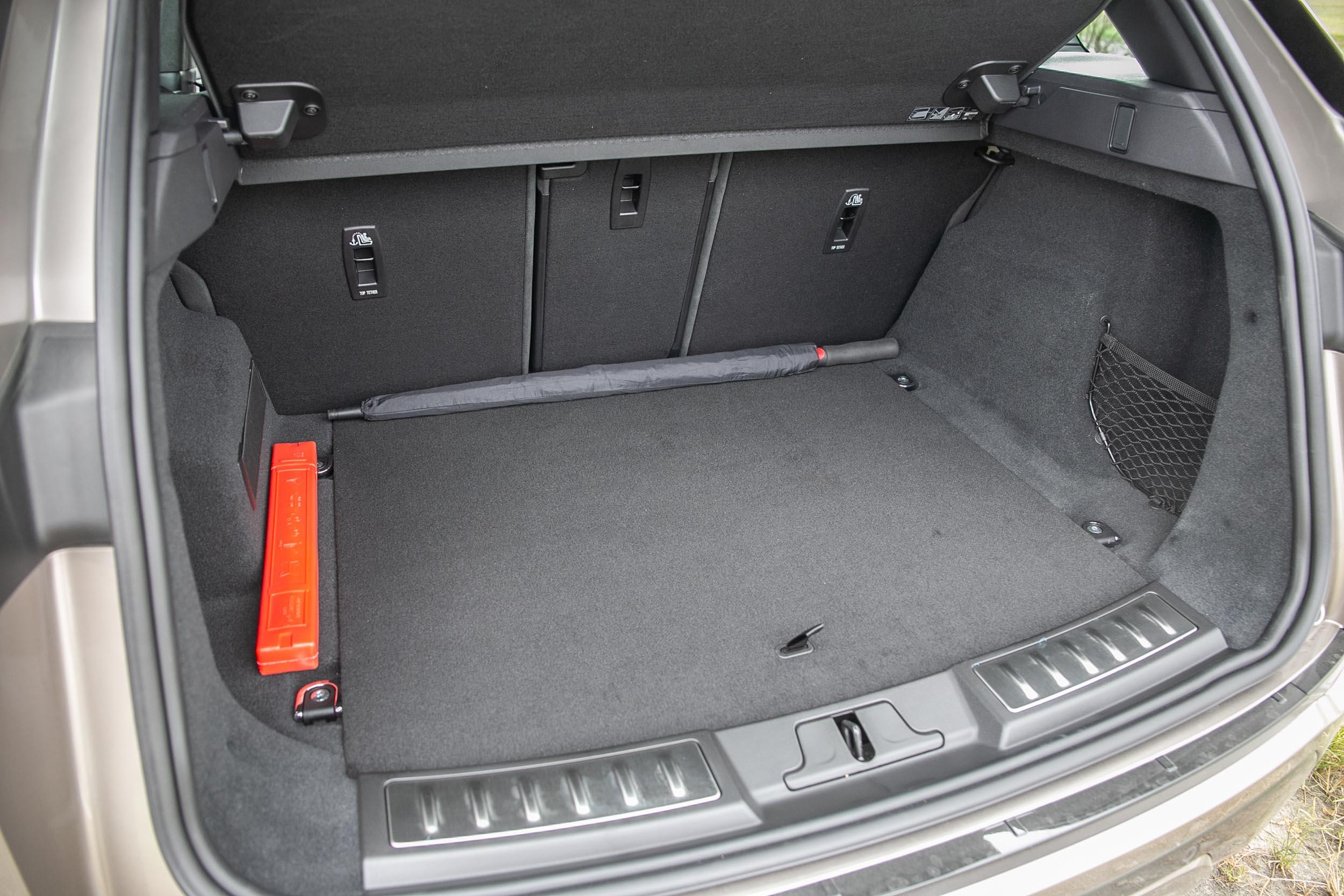 標準乘坐狀態下後廂容積為 472 公升。