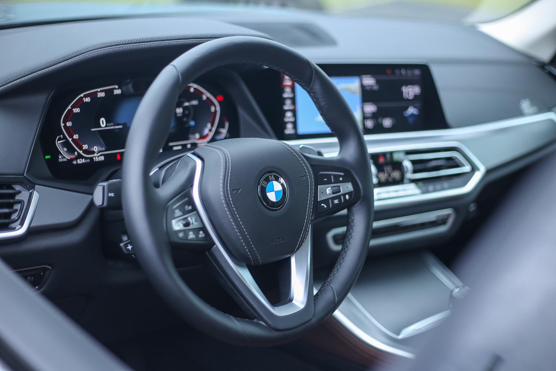 除了 X5 M50d 車型以外,X5 其餘車型都是使用跑車多功能真皮方向盤,配備有換檔撥片。