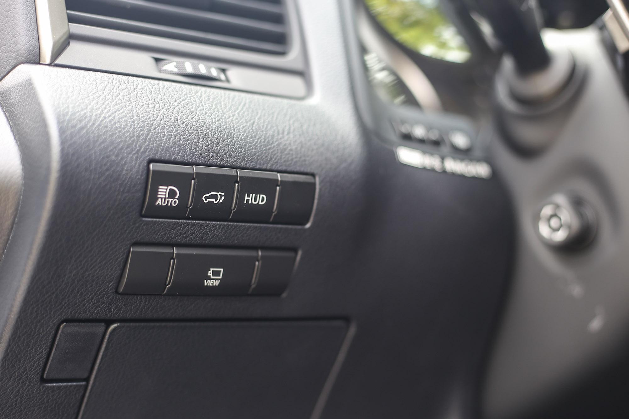 HUD 多功能抬頭顯示幕與 360 度環景影像顯示系統開關設計於方向盤左側。