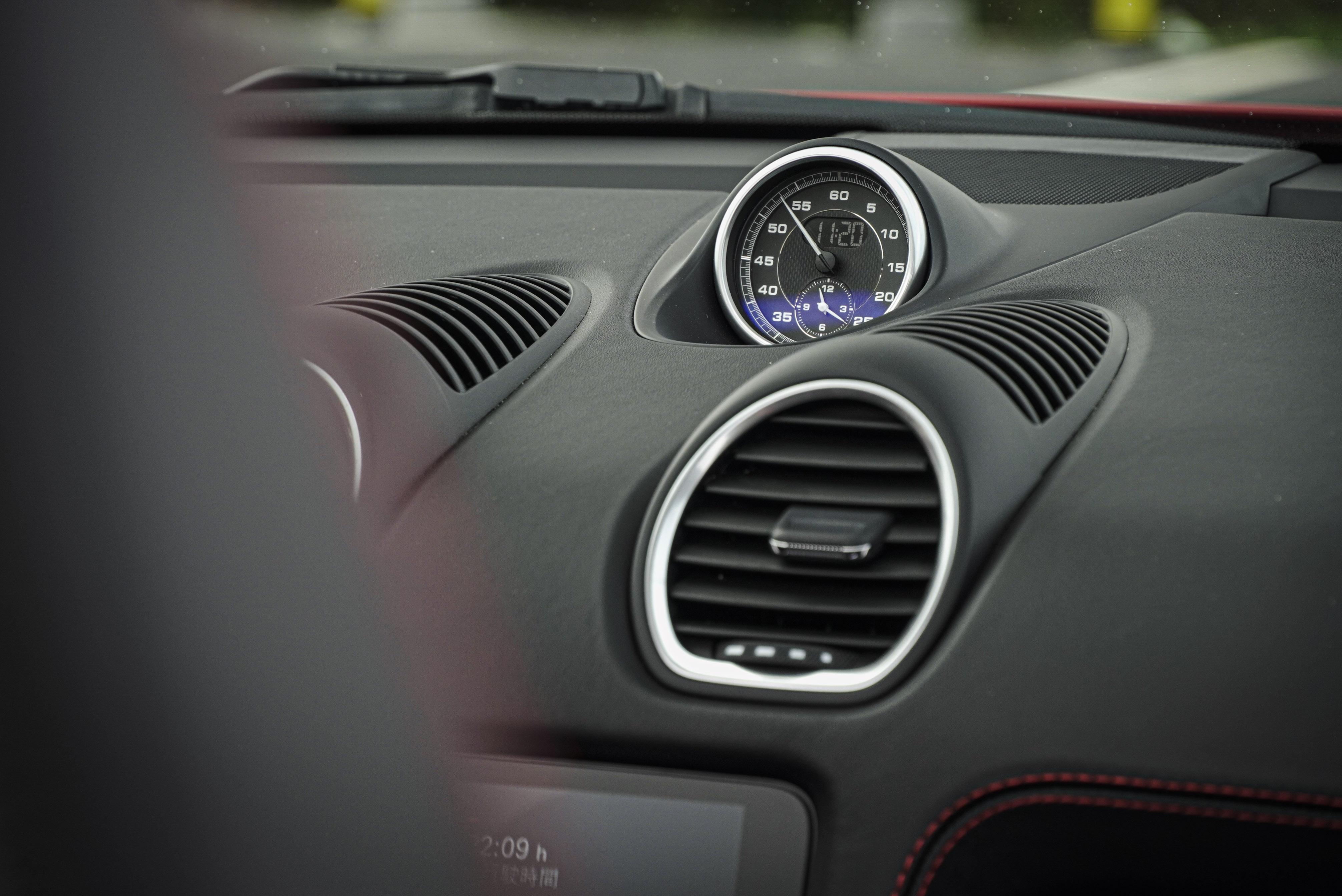 儀表台上方碼表時鐘是跑車計時套件配備。