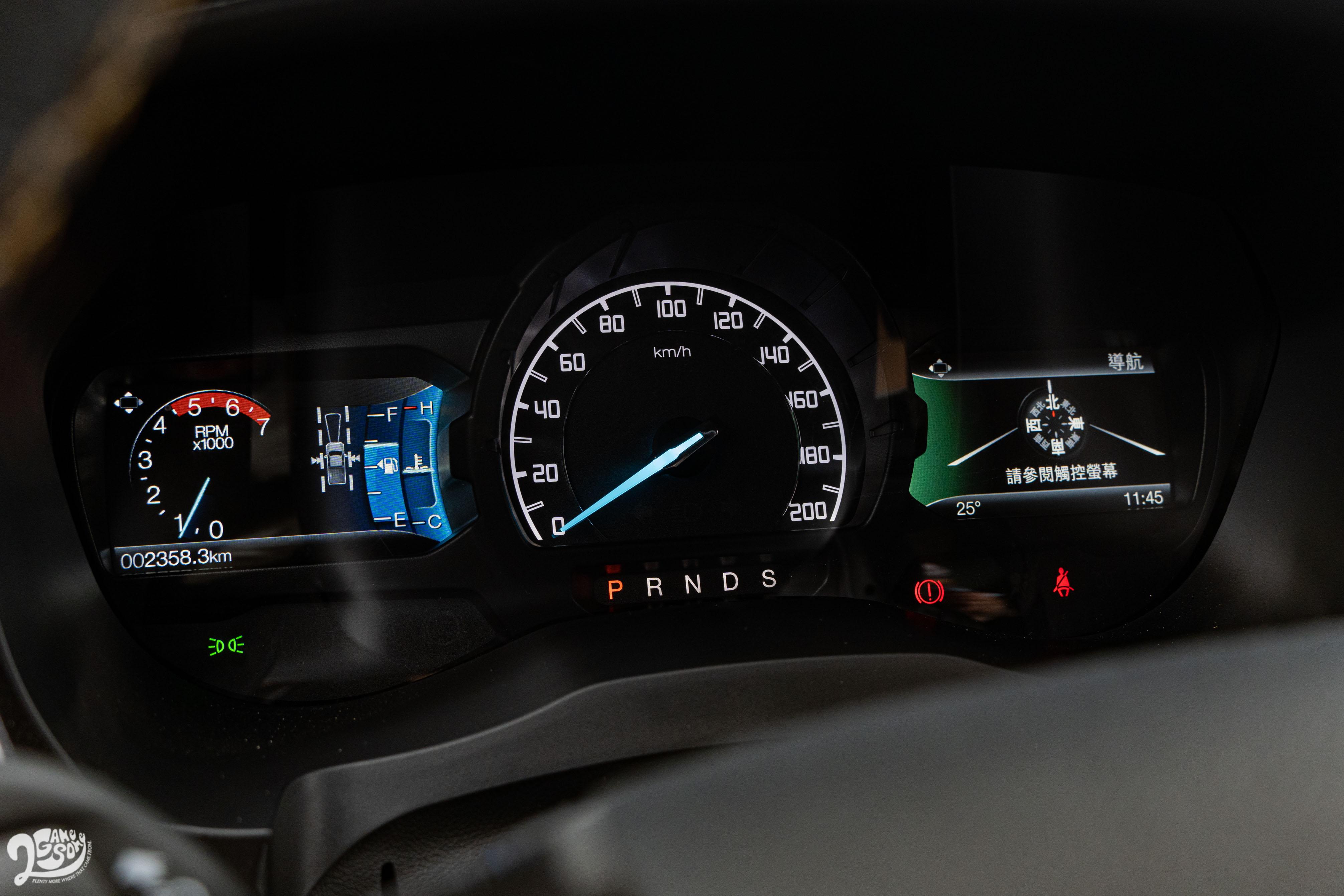 儀表板兩側為全彩液晶螢幕。