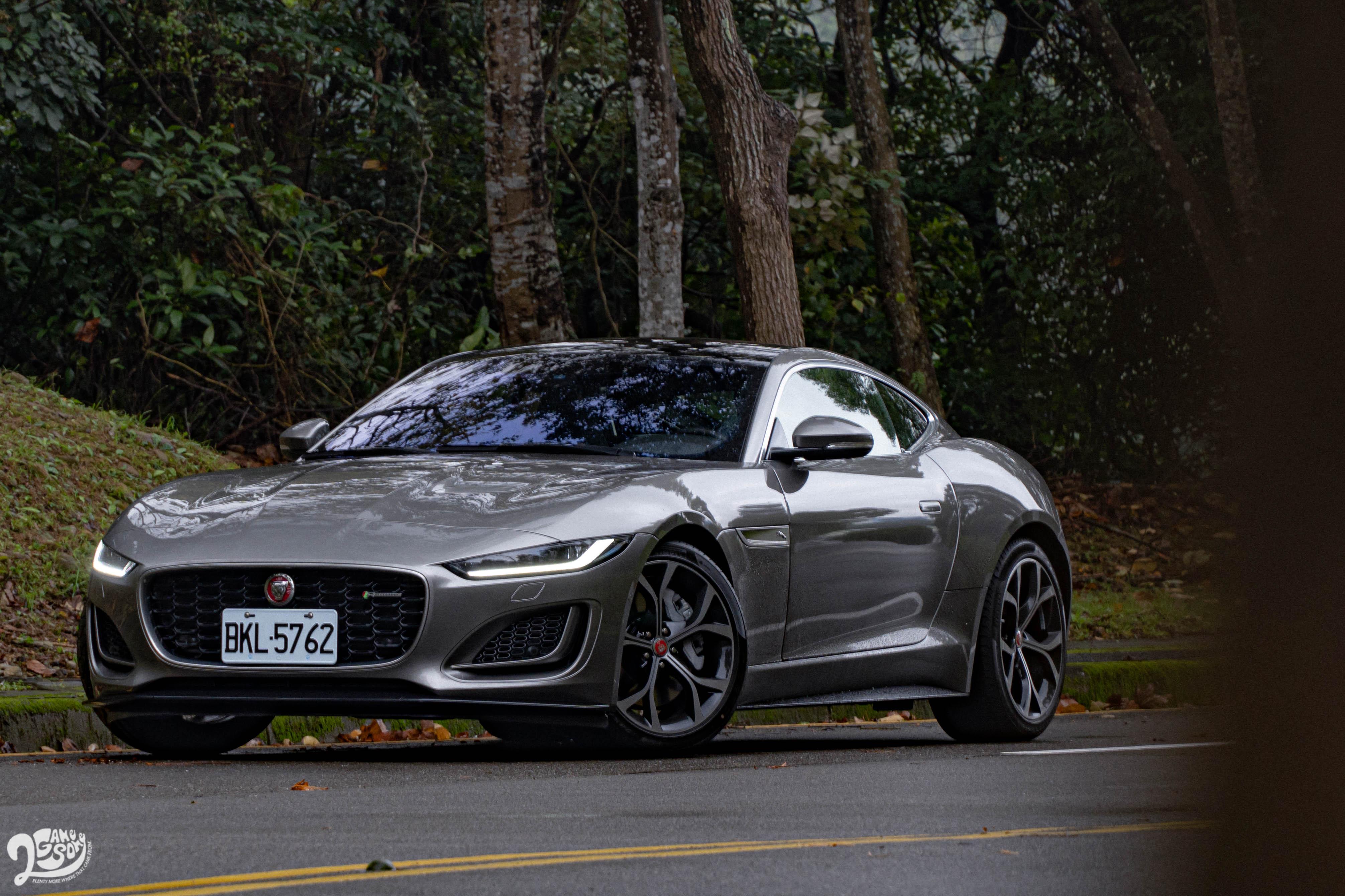 試駕車款為 Jaguar 小改款 F-Type P300 R-Dynamic,售價新台幣 366 萬元起。