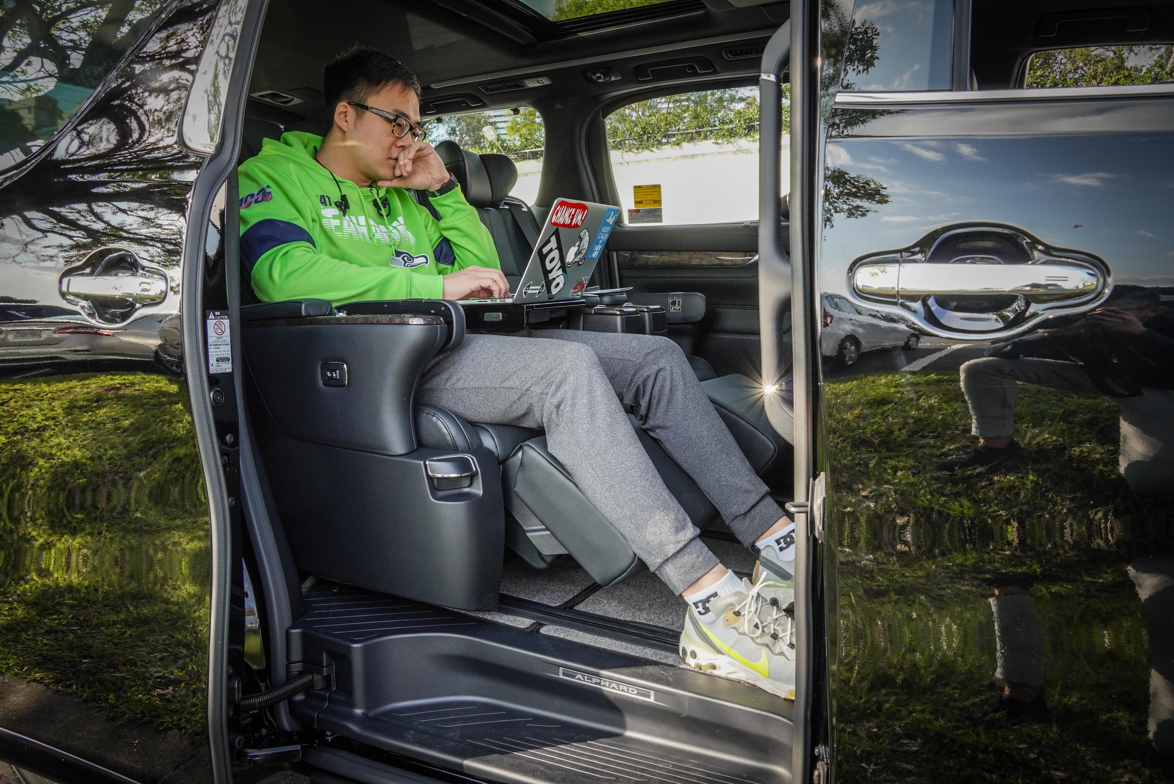 舒適的第二排座椅空間,以身高 188cm 乘客示範,顯示空間相當寬裕。