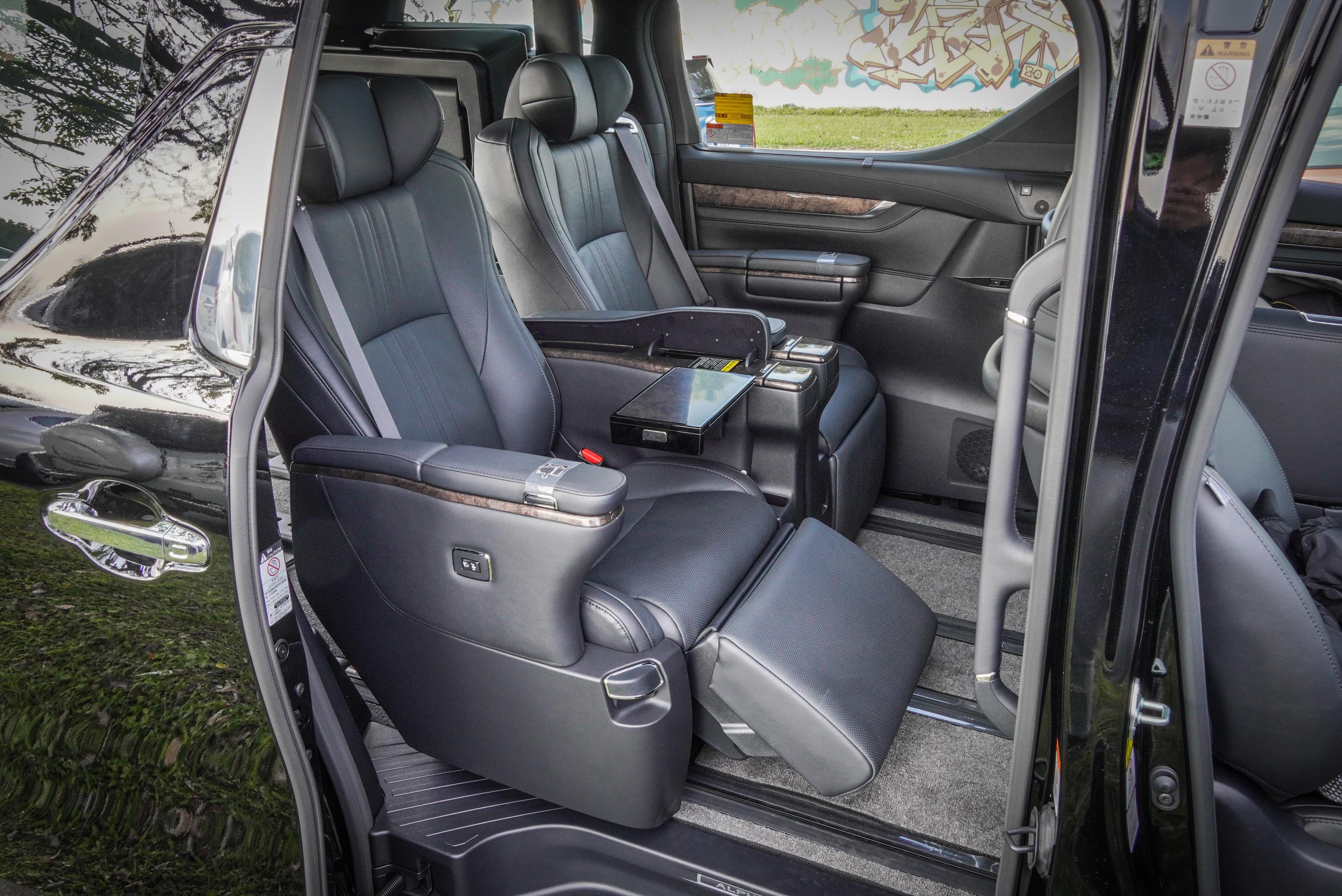 第二排座椅也採用 Ottoman 座椅,具備大型頭枕、扶手、頭枕仰角及耳部角度調整功能,並可以電動調整座姿,也有冷熱通風設計。